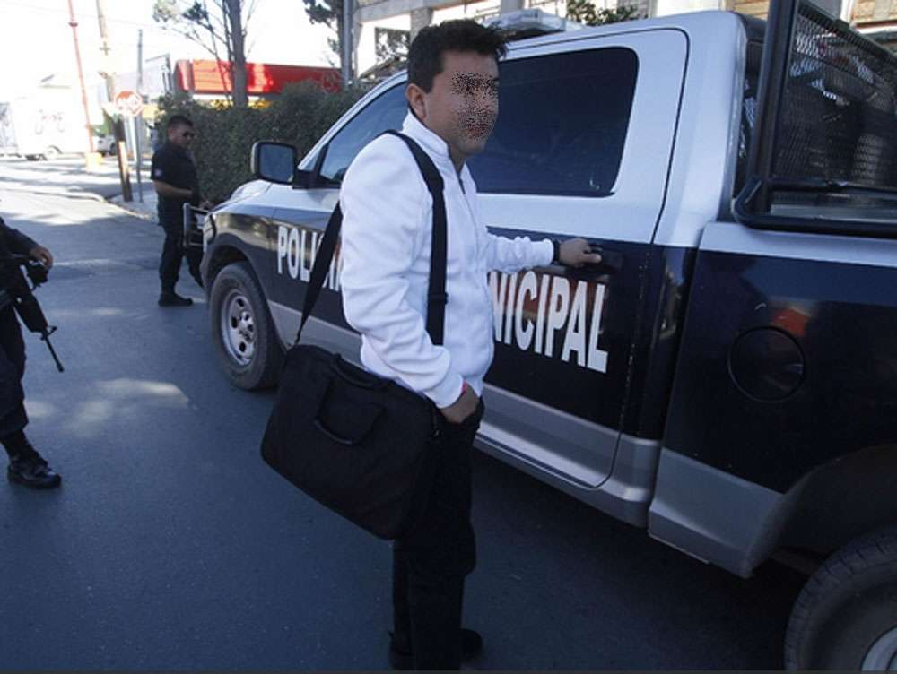 Policía escolta a ciudadano al banco Foto: Vanguardia