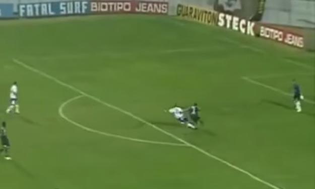 El jugador se lanza al piso y desvía la dirección de la pelota Foto: YouTube