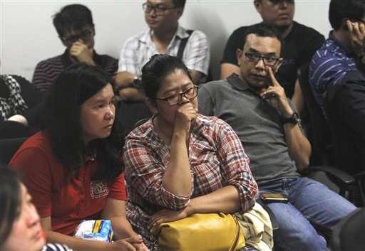 Familiares de los pasajeros aguardando noticias sobre el destino del avión. Foto: AP en español