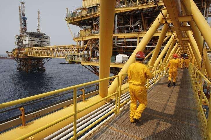 """Unos trabajadores en la plataforma petrolera """"Ku Maloob Zaap"""" de la estatal PEMEX en la Bahía de Campeche, México, abr 19 2013. El petróleo mexicano está navegando rumbo a la costa este de Estados Unidos a la tasa más alta en más de una década, de acuerdo a datos aduaneros revisados por Reuters, en una señal de que los fuertes descuentos han ayudado a abrir nuevos mercados en momentos en que el esquisto local inunda Texas. Foto: Victor Ruiz Garcia/Reuters"""