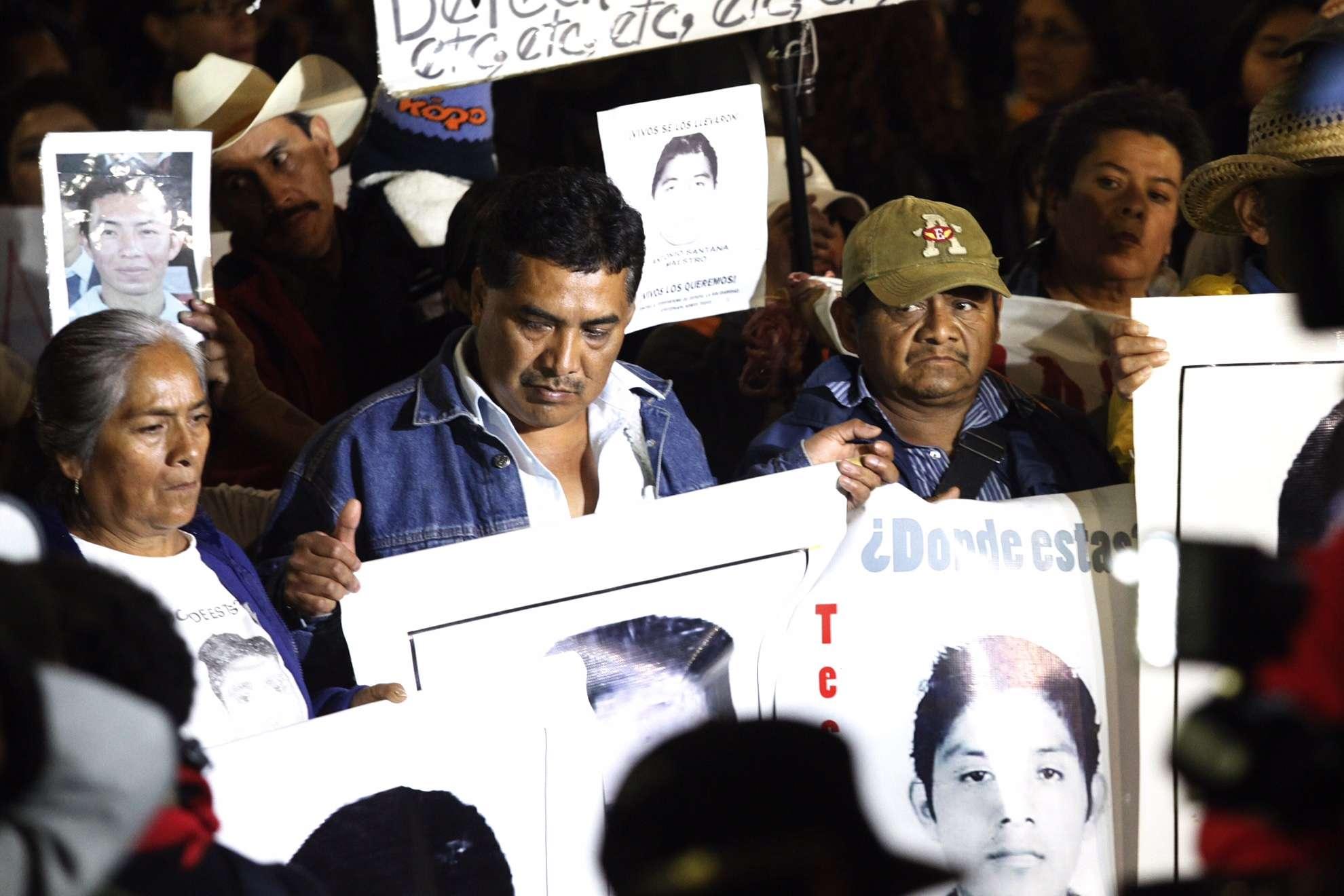 Pese a llegar sólo a las cercanías de la Residencia Oficial de Los Pinos, y no a su exterior, padres de los normalistas de Ayotzinapa desaparecidos realizan un mitin para exigir el retorno de sus hijos. La marcha, que salió a las 19:00 horas de la sede de la PGR, se realizó sin contratiempos sobre Reforma, Florencia, Chapultepec y finalmente Constituyentes. En esta última vialidad, granaderos del DF equipados con cascos, escudos y chalecos antibalas, frenaron el avance de la movilización. Foto: Mario Castillo/Terra