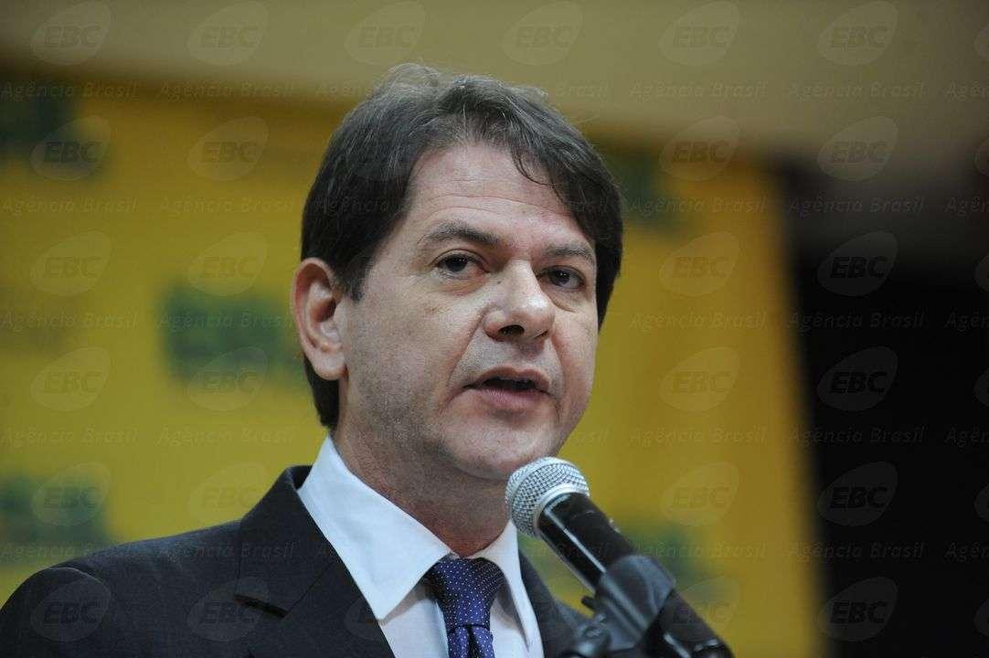 O novo ministro da Educação, Cid Gomes, recebe o cargo em solenidade em Brasília Foto: Elza Fiúza/Agência Brasil