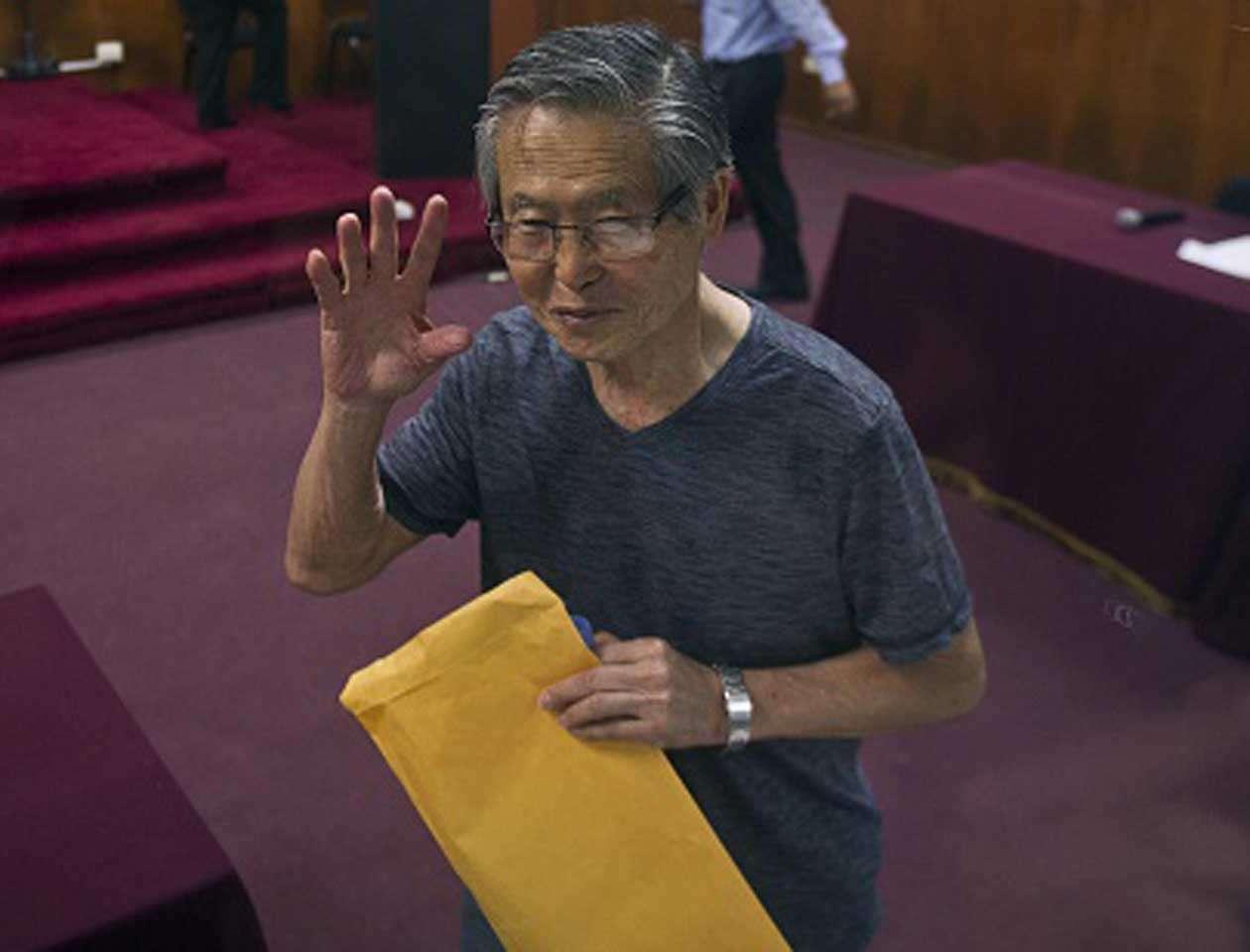 Tras la lectura de la sentencia, Fujimori, que lucía relajado, dijo al panel de jueces que se considera inocente y que por ello apelaría la condena Foto: ERNESTO BENAVIDES/AFP