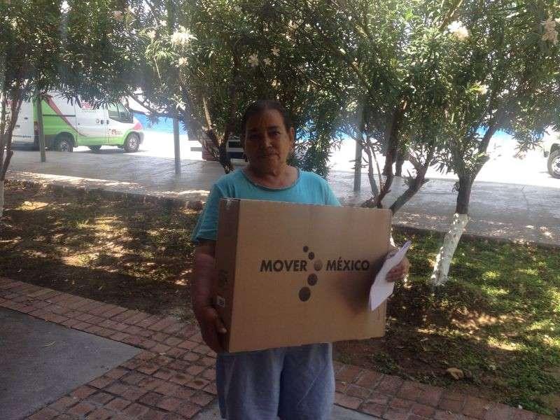 Las televisiones se entregan a beneficiarios de los programas sociales de Sedesol. Foto: SCT