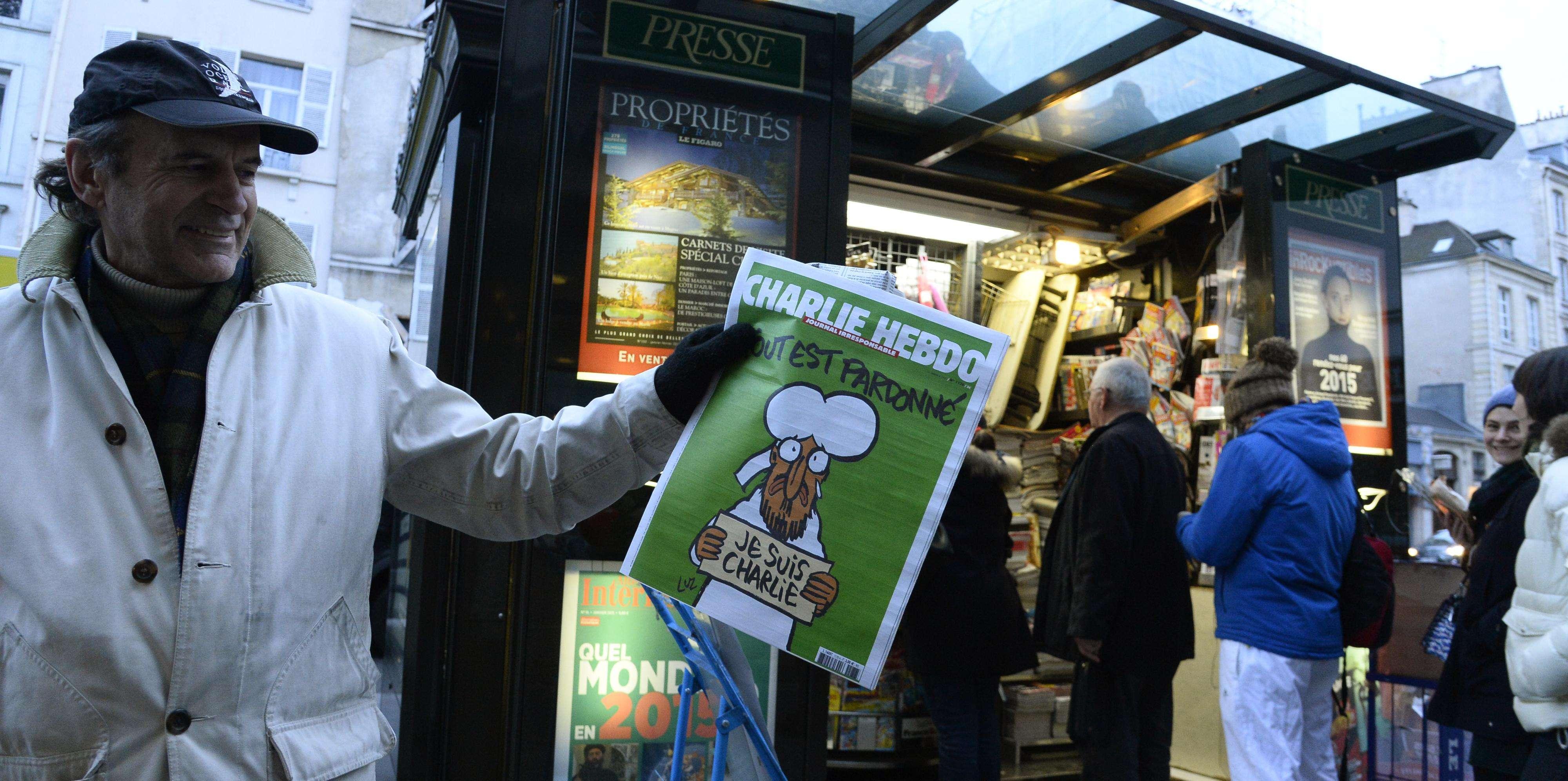 Leitor conseguiu seu exemplar após enfrentar fila em Paris Foto: Bertrand Guay/AFP