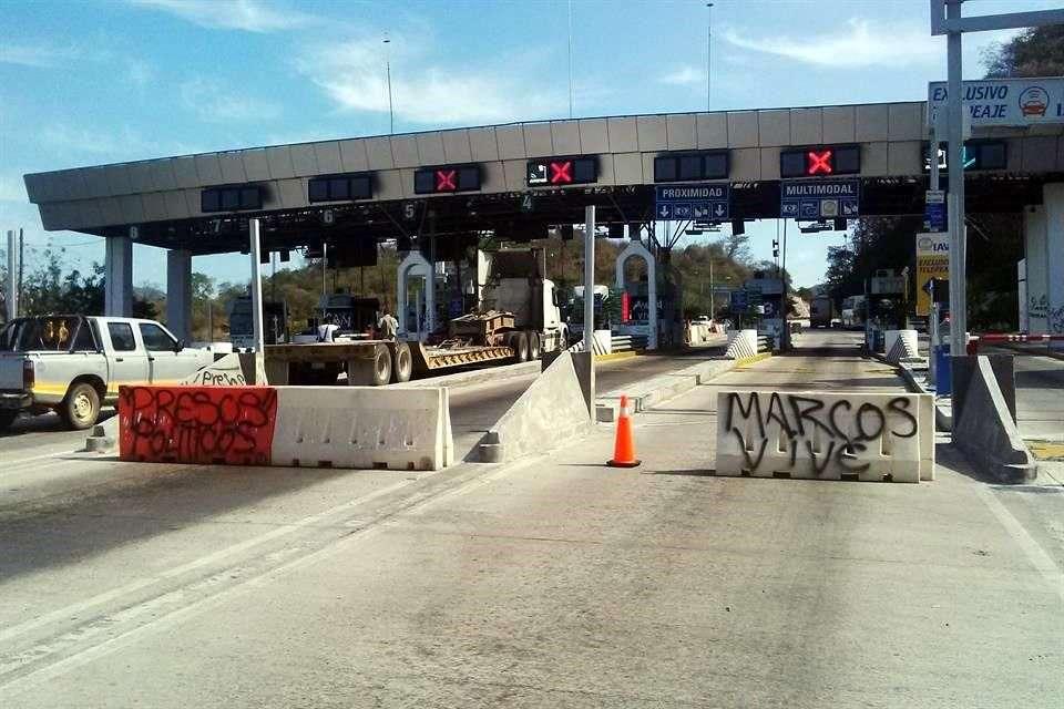 El movimiento estudiantil tiene el control de las casetas de la Autopista del Sol Foto: Archivo/Reforma