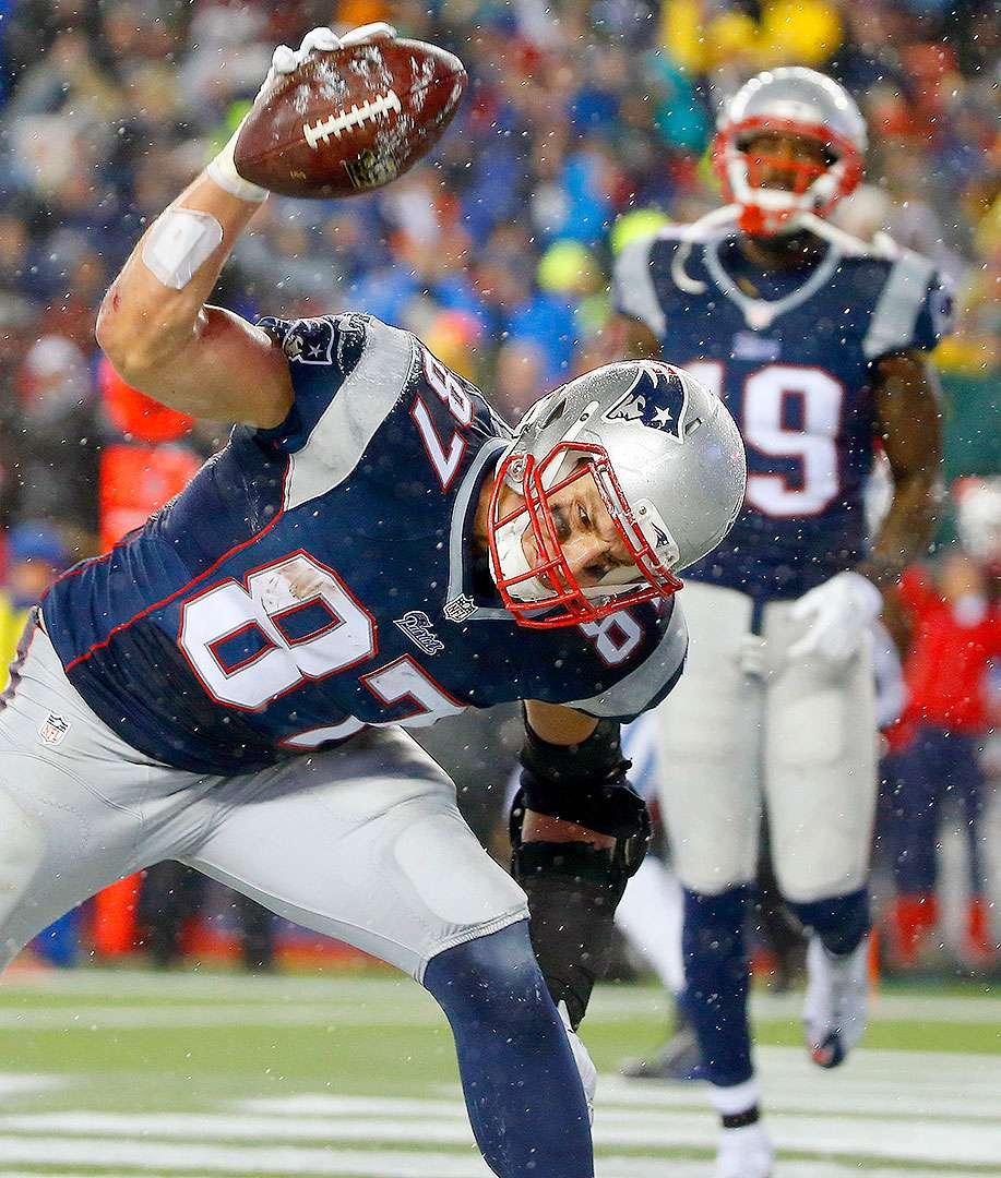 Tom Brady lanzó tres pases de anotación y LeGarrette Blunt aportó otros tres mediante sus acarreos para que los New England Patriots trituraran el 45-7 a los Indianapolis Colts y avanzaran al Super Bowl. Foto: AP