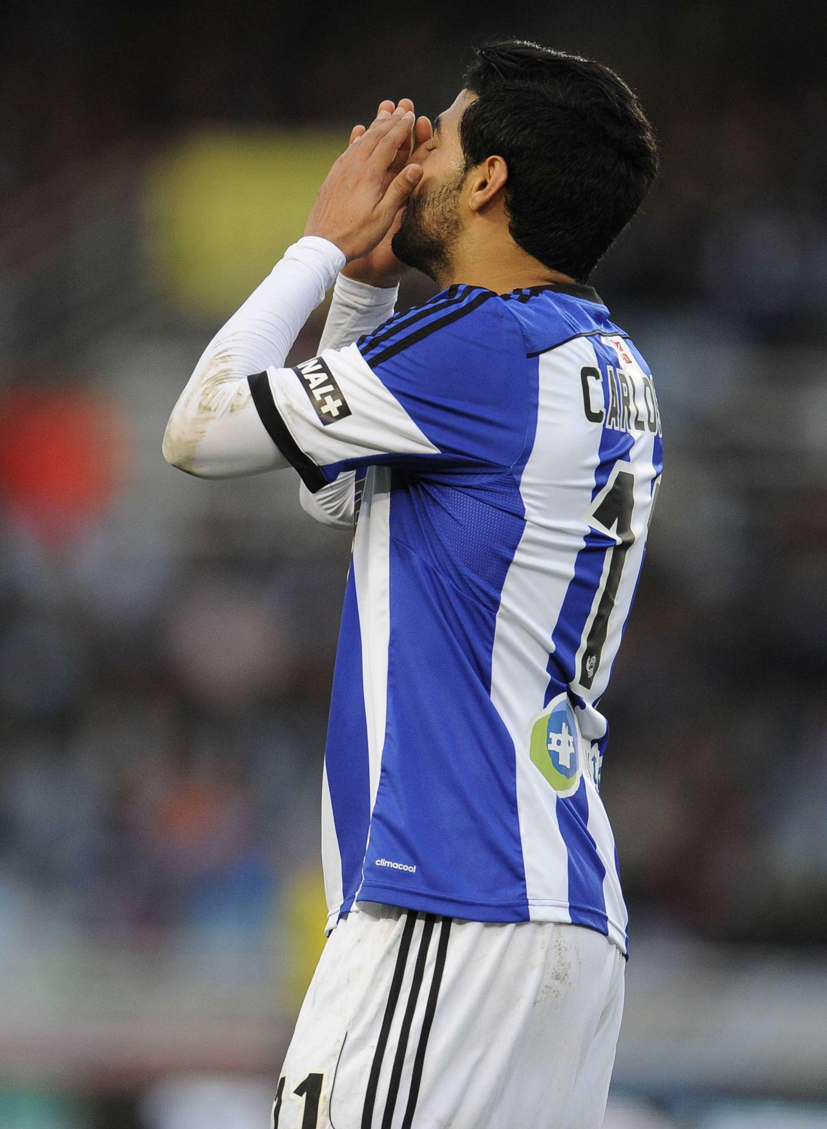 Carlos Vela lamenta una falla durante la derrota de la Real Sociedad ante Rayo Vallecano. Foto: Mexsport