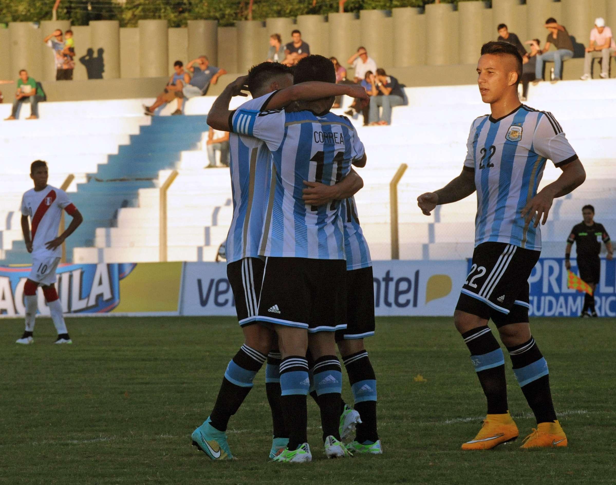 Argentina comemora gol de Ángel Correa, um dos seis que balançaram a rede do Peru na partida Foto: Miguel Rojo/AFP