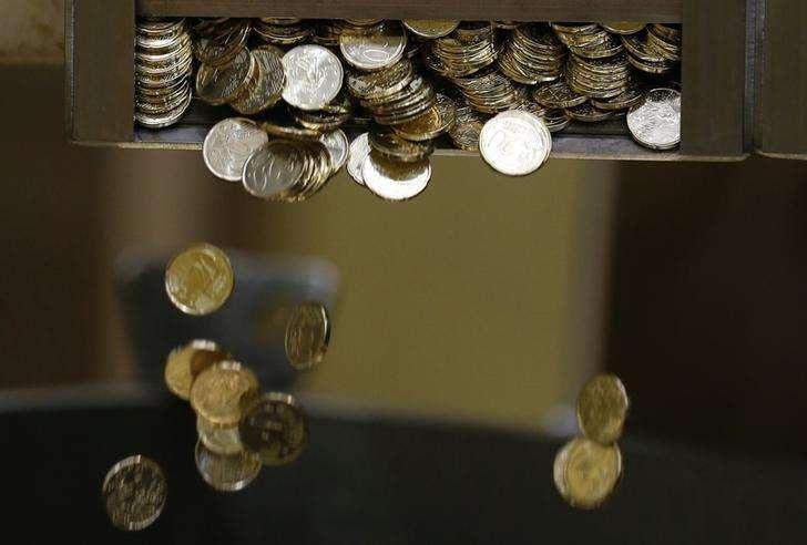 Monedas recién acuñadas de 20 euros fotografiadas en Pessac, cerca de Burdeos. Imagen de archivo, 30 octubre, 2014. El euro se alejó el lunes de mínimos de once años a medida que los inversores se preparaban para una importante reunión esta semana, en la que el Banco Central Europeo podría adoptar las medidas más audaces hasta ahora para reactivar a la alicaída economía de la zona euro. Foto: Regis Duvignau/Reuters