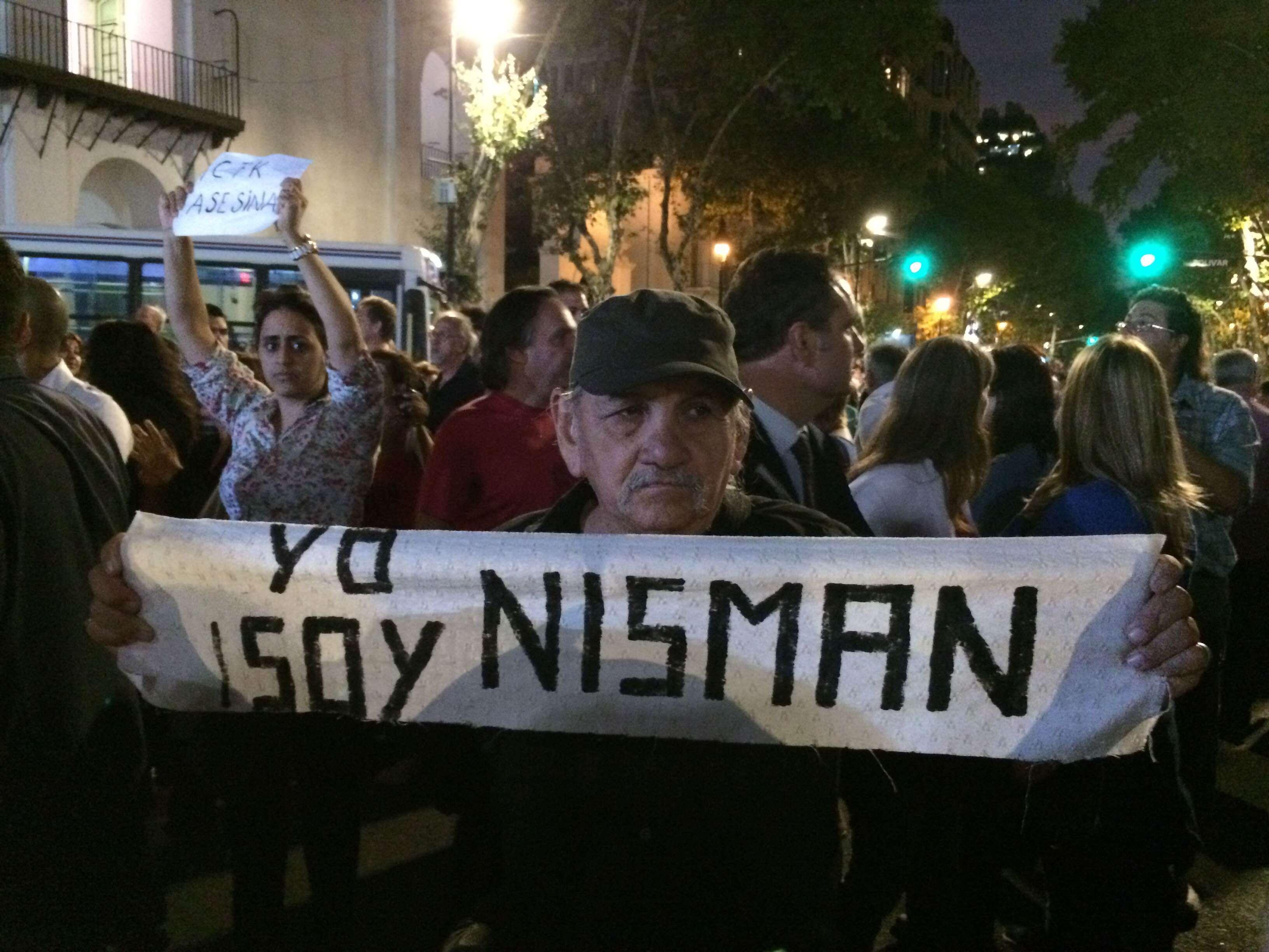 """Eu sou Nisman"", diz cartaz em protesto na capital Foto: Luciana Rosa/Especial para Terra"