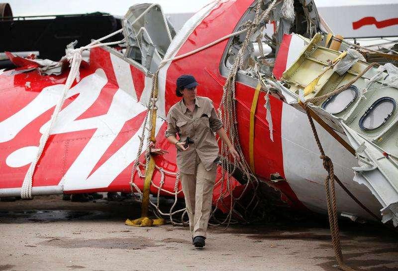 Destroços do avião da AirAsia que caiu no mar de Java são inspecionados no porto de Kumai, na Indonésia. 12/01/2015. Foto: Darren Whiteside/Reuters
