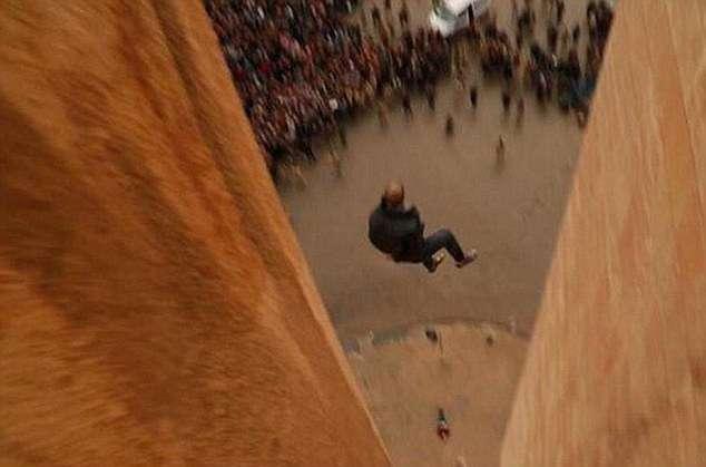 Dois homens foram atirados do topo de um prédio na Síria por serem gays, segundo o Estado Islâmico Foto: Daily Mail/Reprodução