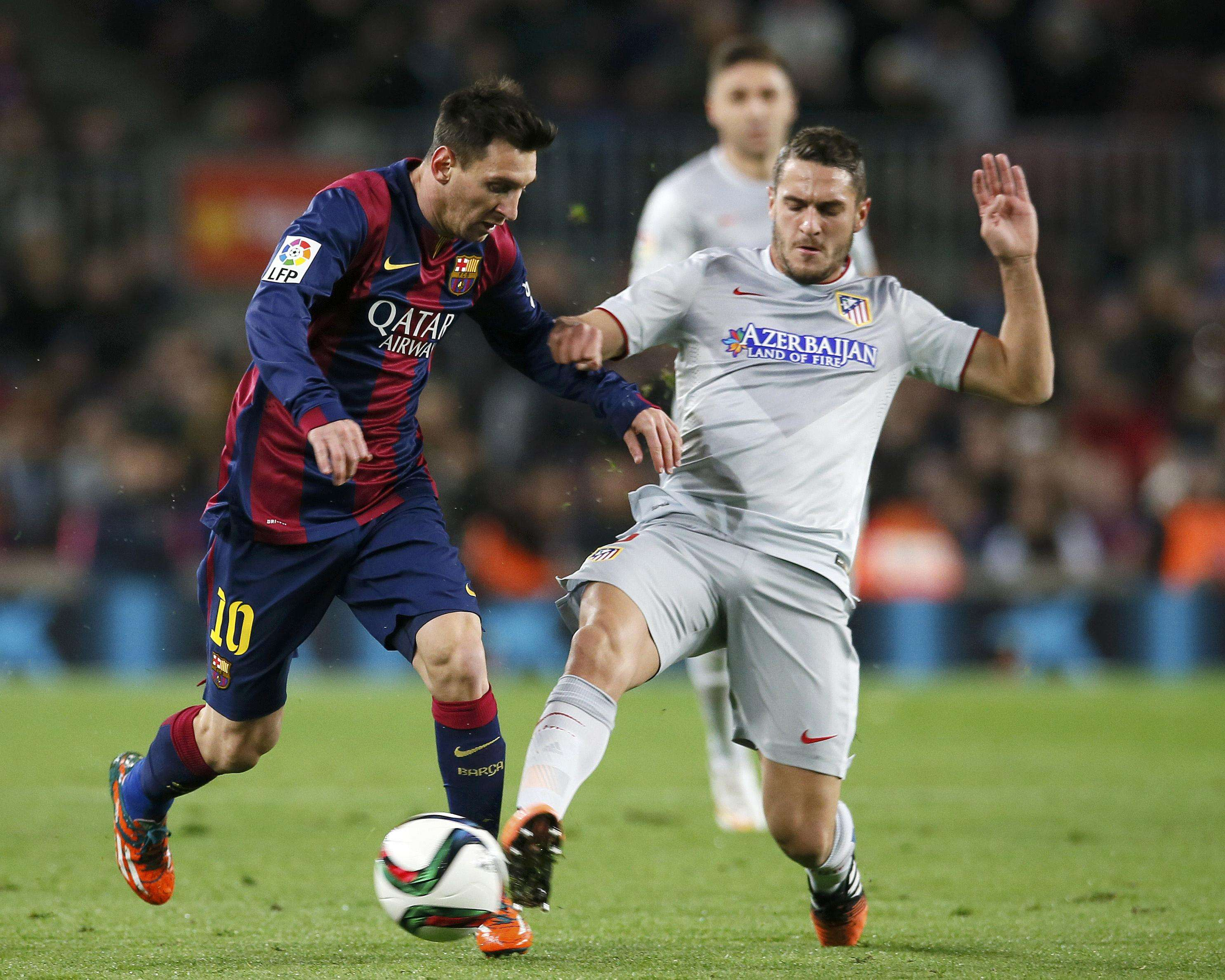 "Barcelona's Lionel Messi (L) is challenged by Atletico Madrid's Jorge ""Koke"" Resurreccion during their King's Cup quarter-final first leg soccer match at the Nou Camp stadium in Barcelona, January 21, 2015. REUTERS/Albert Gea (SPAIN - Tags: SPORT SOCCER) Foto: ALBERT GEA/REUTERS"