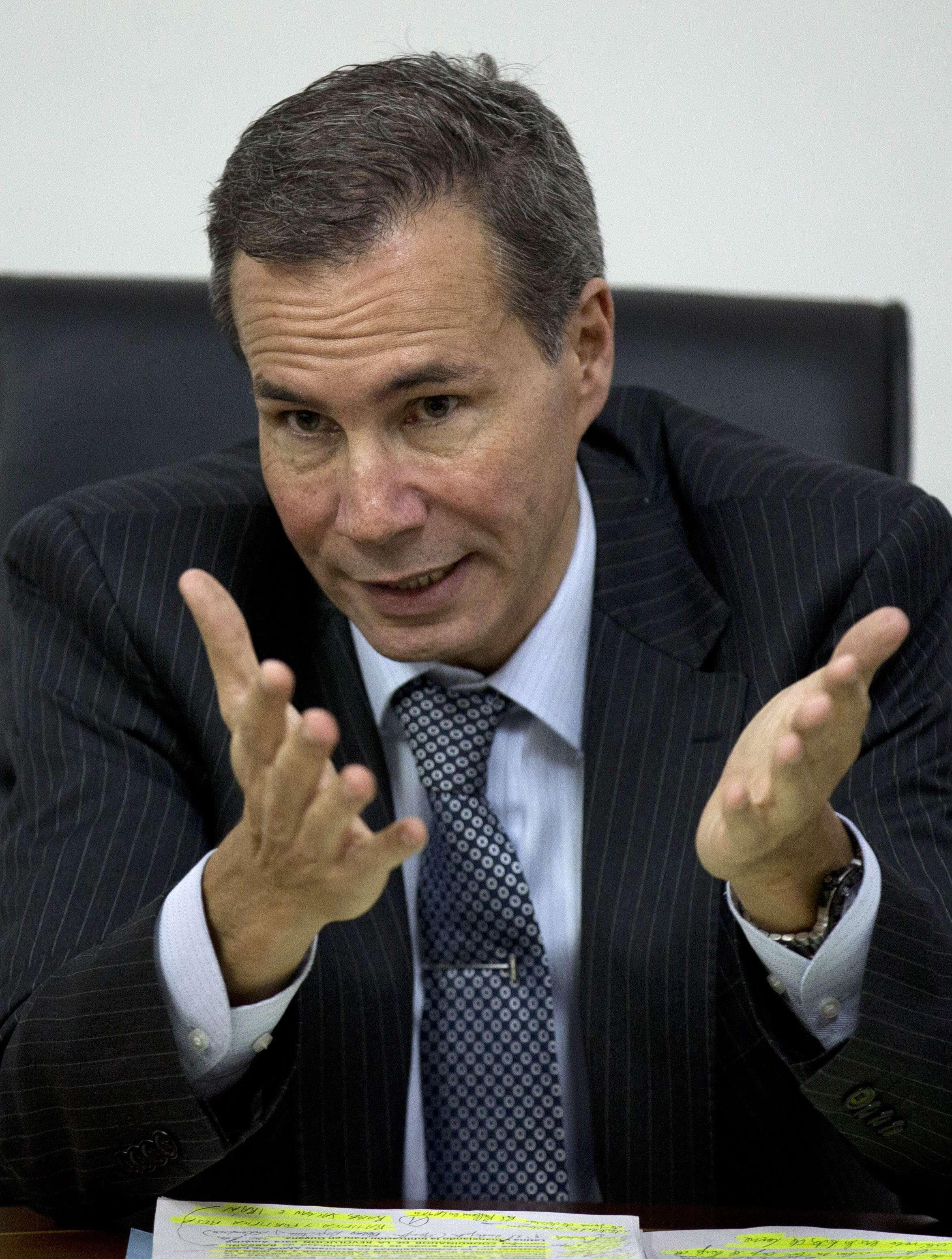 Alberto Nisman, el fiscal encargado de investigar el ataque con bomba de 1994 a una mutual judía, habla con periodistas en Buenos Aires Foto: AP en español