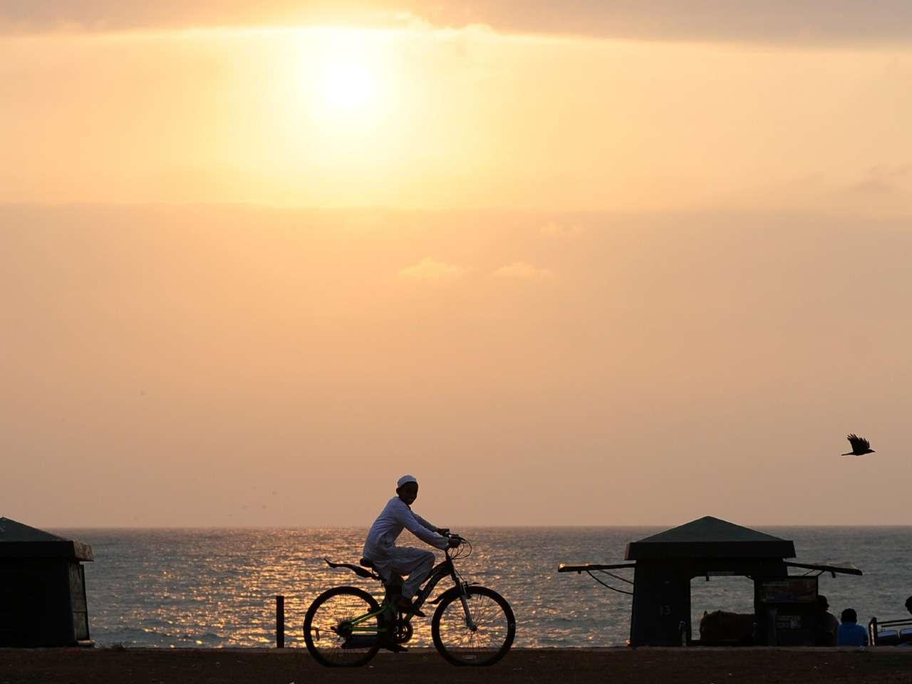 Jóvenes disfrutan de un atardecer en la playa Galle Face en Colombo, Sri Lanka Foto: AFP en español