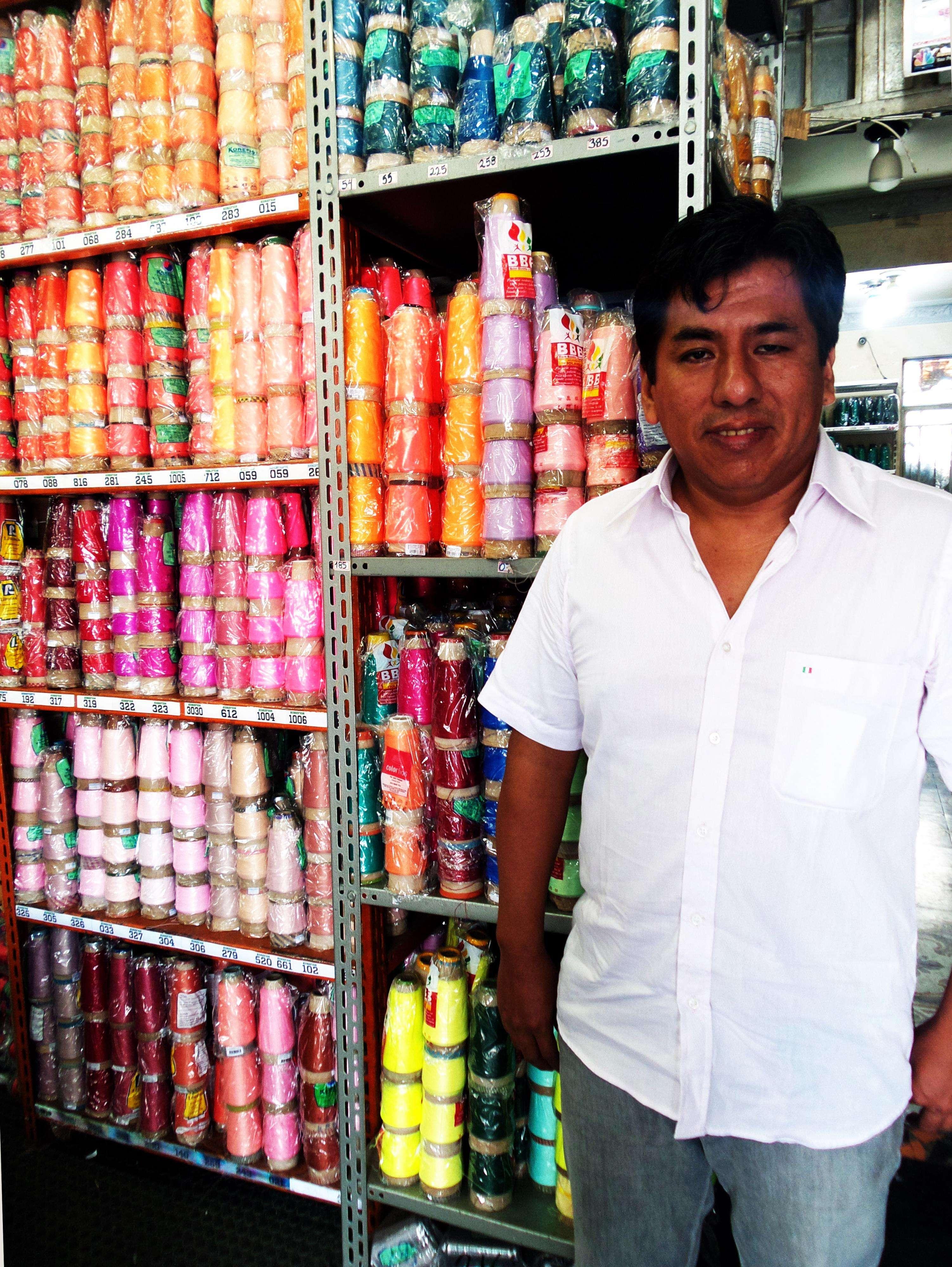 Luis tem uma loja de assessórios para costura na sua rua predileta em São Paulo, a Coimbra Foto: Ana Lis Soares/Especial para Terra