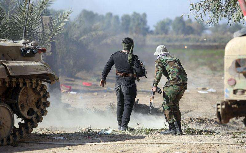 Combatentes iraquianos enfrentam homens do Estado Islâmico em Al-Nibai, a norte de Bagdá. 14/01/2015 Foto: Stringer/Reuters