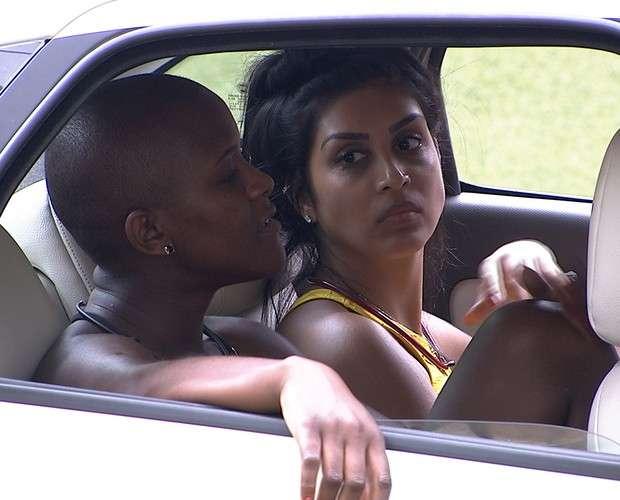 Angélica e Amanda conversam durante primeira prova de resistência Foto: Big Brother Brasil/Divulgação
