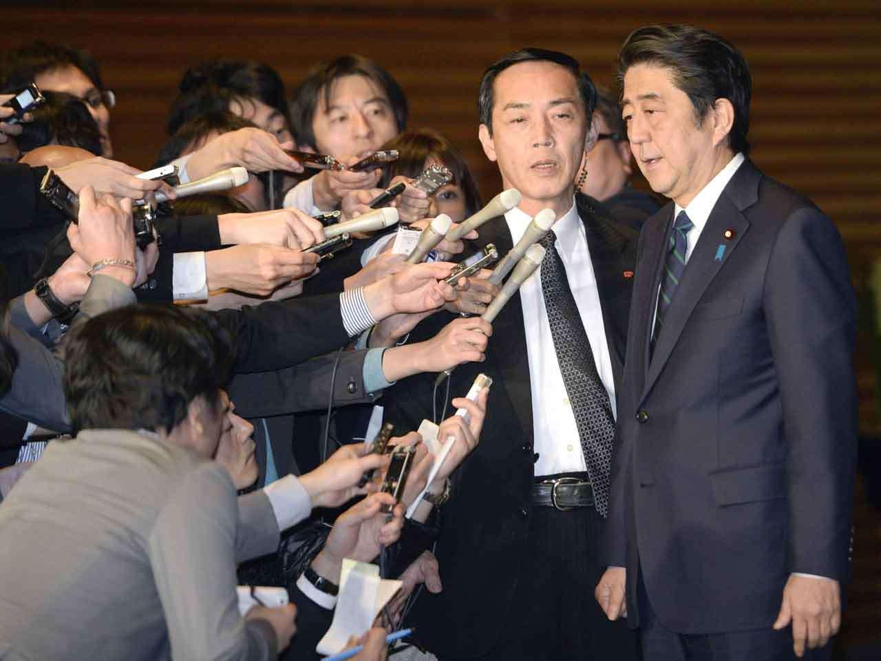 El primer ministro japonés, Shinzo Abe, es interrogado por un grupo de reporteros tras una conferencia de prensa sobre el caso de los dos rehenes japoneses del Estado Islámico, el 24 de enero de 2015. Foto: AP en español
