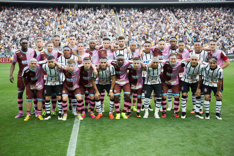 Jogadores se misturaram para tirar foto oficial da partida Foto: Rodrigo Gazzanel/Futura Press