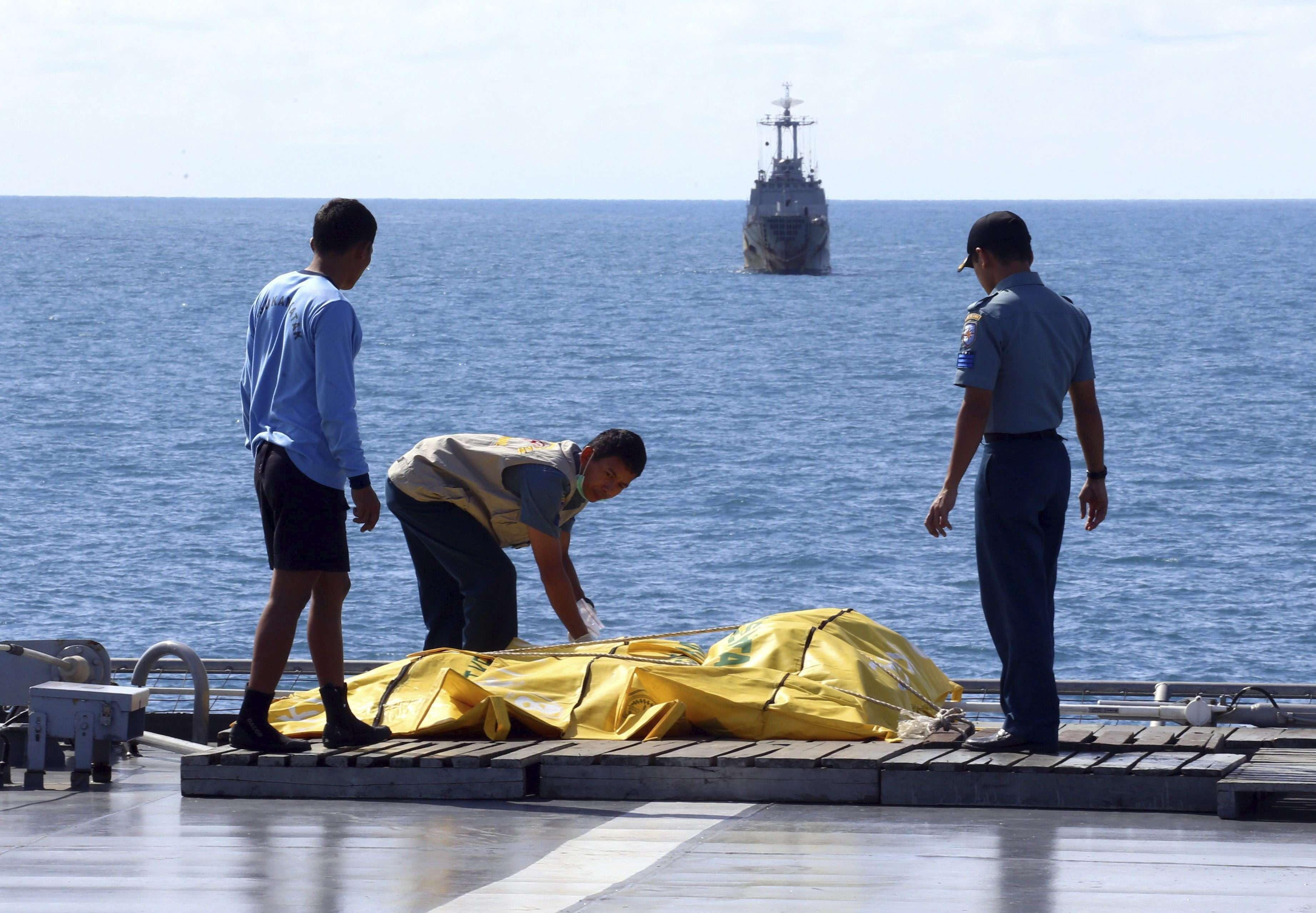Miembros de los servicios de rescate continúan con la recuperación de los cuerpos de las víctimas del vuelo QZ8501 de AirAsia en Pangkalan Bun (Indonesia), el viernes 23 de enero de 2015. Foto: EFE en español