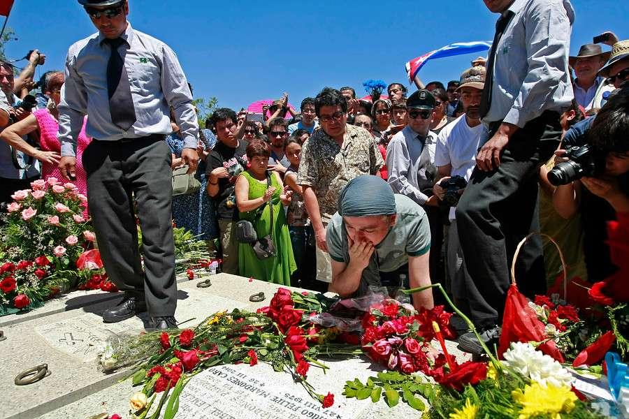 Mas de un centenar de personas se despiden del escritor chileno Pedro Lemebel, sus funerales se realizaron en la Iglesia de Los Franciscanos, ubicada en la comuna de Recoleta, para luego ser trasladado al Cementerio Metropolitano, en la comuna de Lo Espejo. Foto: Agencia UNO