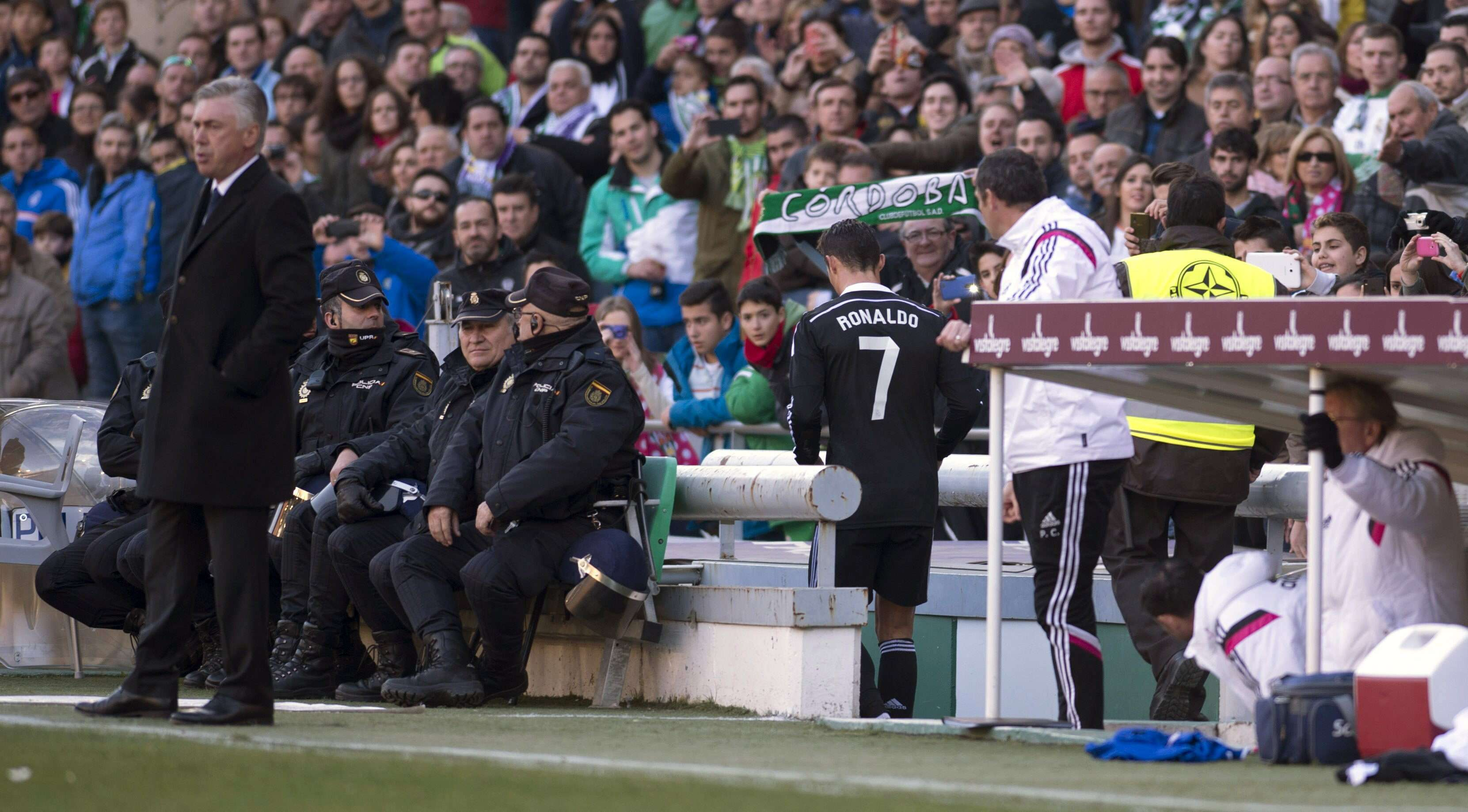 Cristiano Ronaldo foi expulso por agredir brasileiro Edimar e saiu vaiado Foto: Rafa Alcaide/EFE
