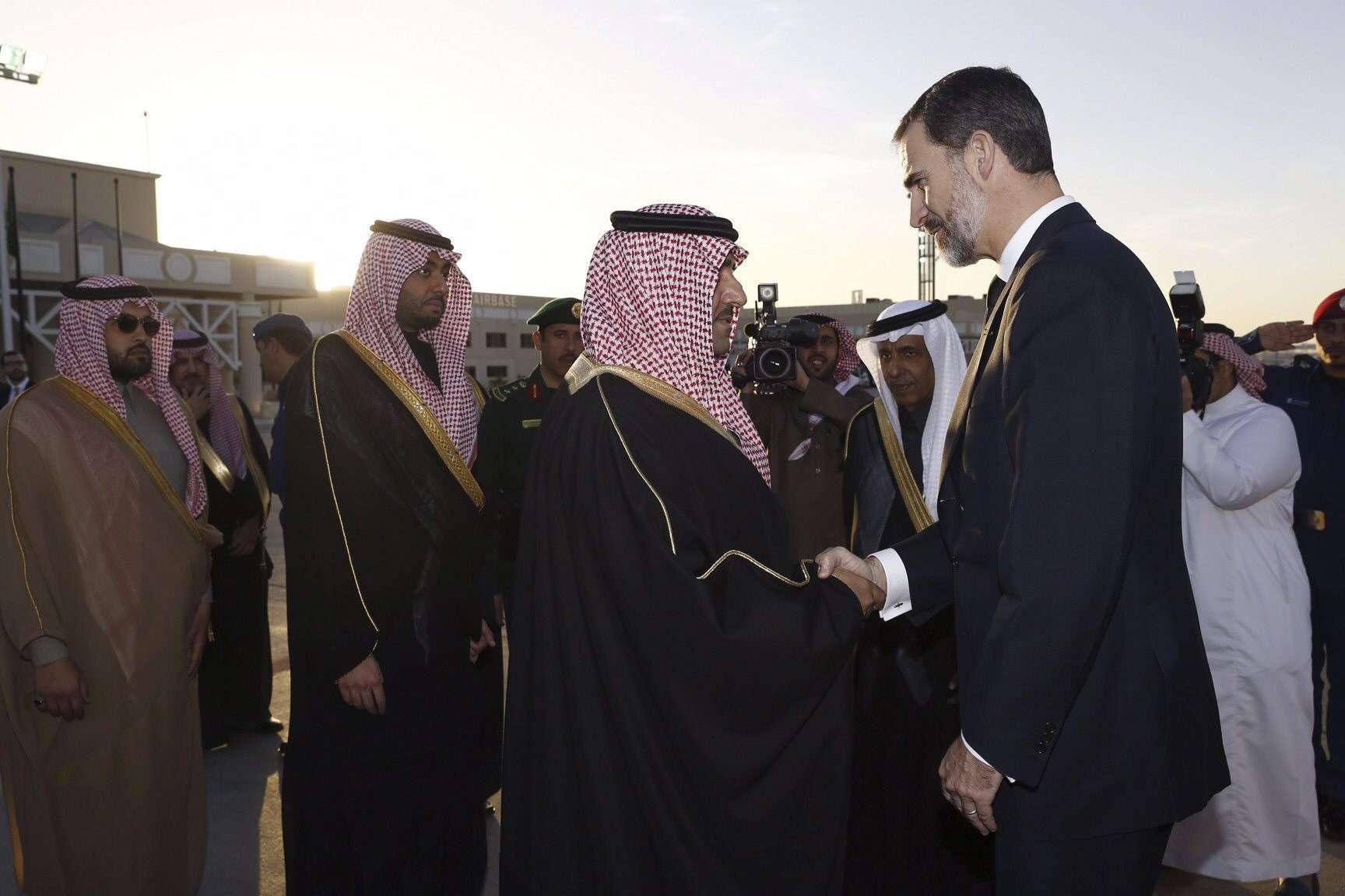 El rey Felipe VI saluda al gobernador de Riad, Turki bin Abdullah bin Abdulaziz Al Saud, a su llegada a la capital saudí para asistir a las exequias del rey Abdalá. Foto: EFE en español