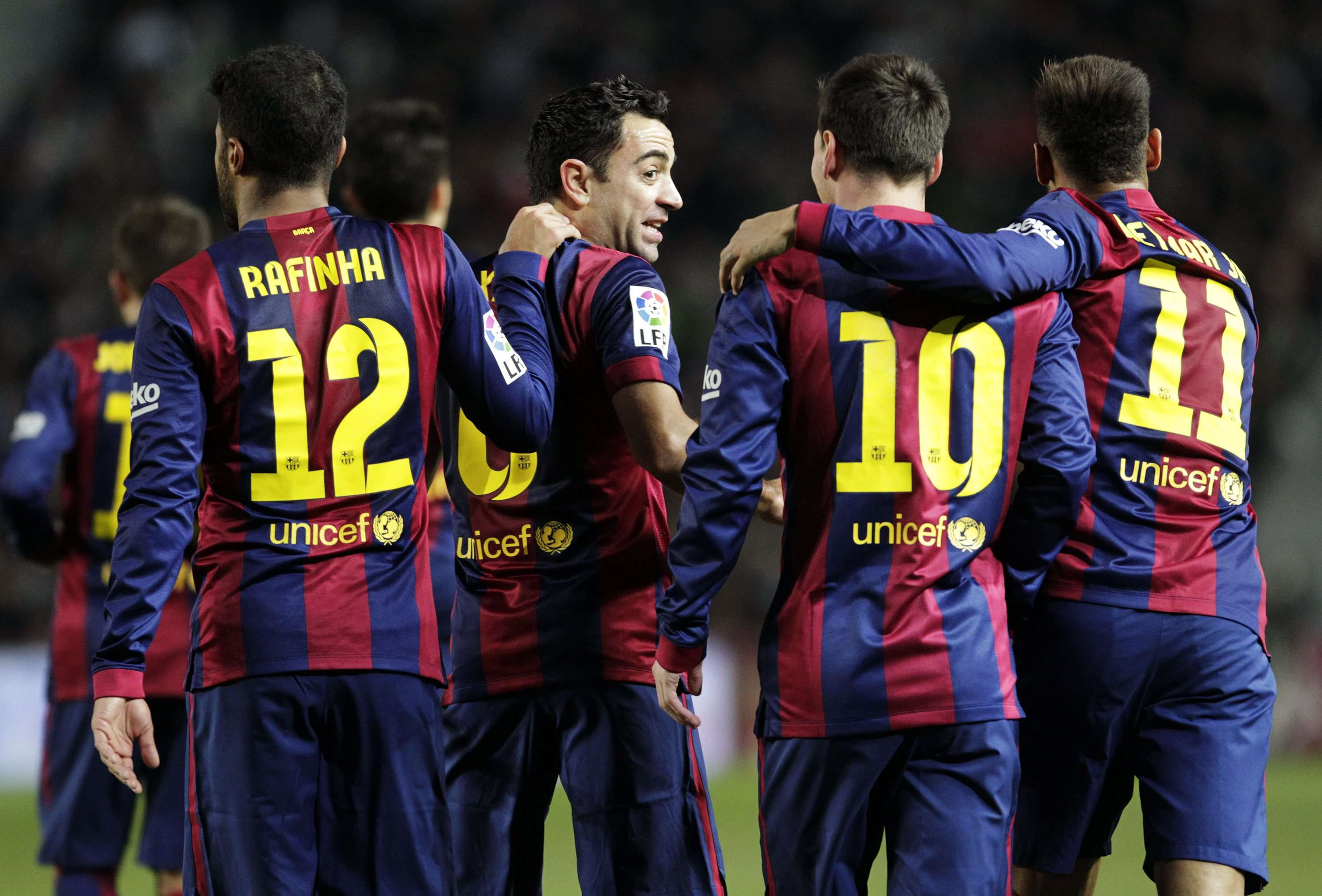 Barcelona's players celebrate after they scored a goal against Elche during their Spanish first division soccer match at Martinez Valero stadium in Elche January 24, 2015. REUTERS/Heino Kalis (SPAIN - Tags: SPORT SOCCER) Foto: HEINO KALIS/REUTERS