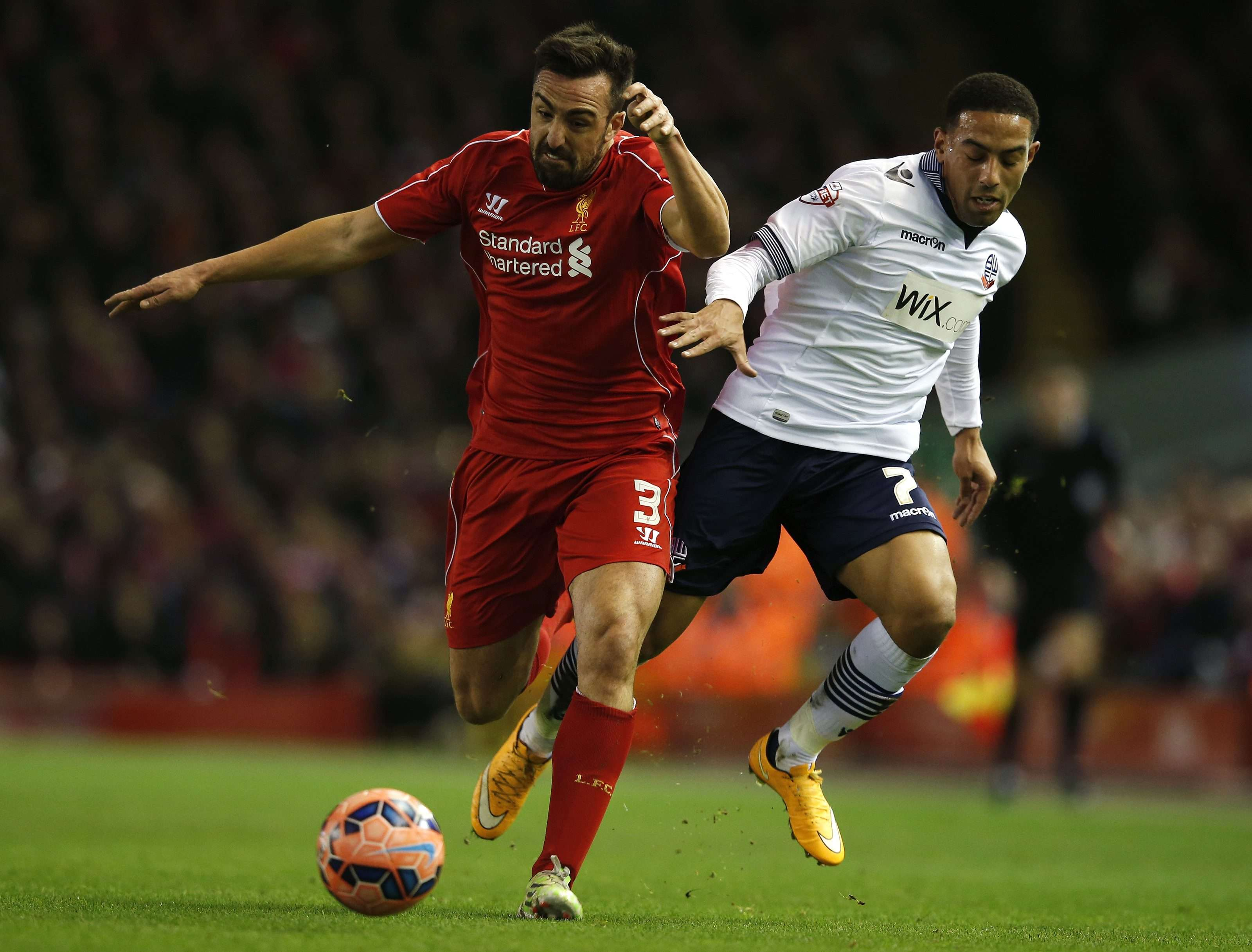 Liverpool's Jose Enrique (L) challenges Bolton Wanderers' Liam Feeney during their FA Cup fourth round soccer match at Anfield in Liverpool, northern England January 24, 2015. REUTERS/Phil Noble (BRITAIN - Tags: SPORT SOCCER) Foto: PHIL NOBLE/REUTERS