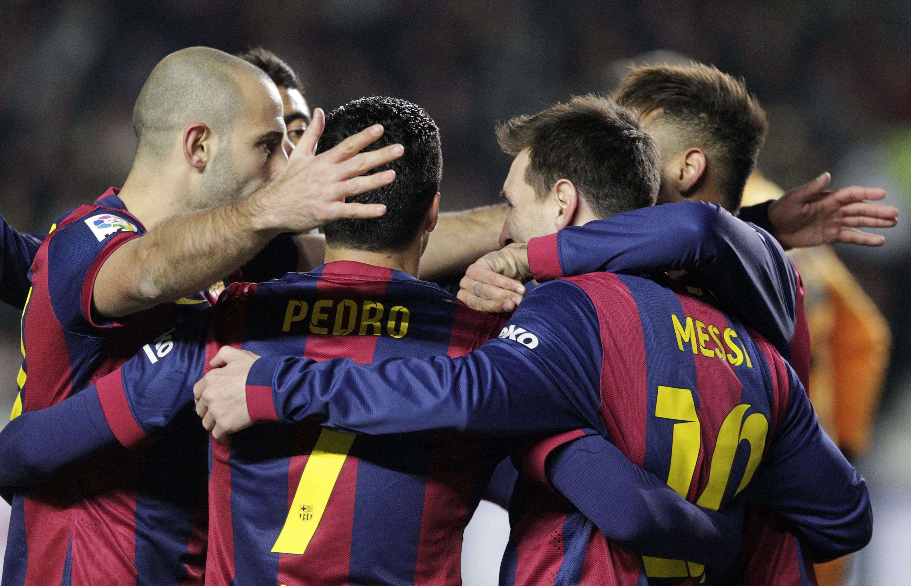 Barcelona's players celebrate after Lionel Messi (2nd L) scored a penalty against Elche during their Spanish first division soccer match at Martinez Valero stadium in Elche January 24, 2015. REUTERS/Heino Kalis (SPAIN - Tags: SPORT SOCCER) Foto: HEINO KALIS/REUTERS