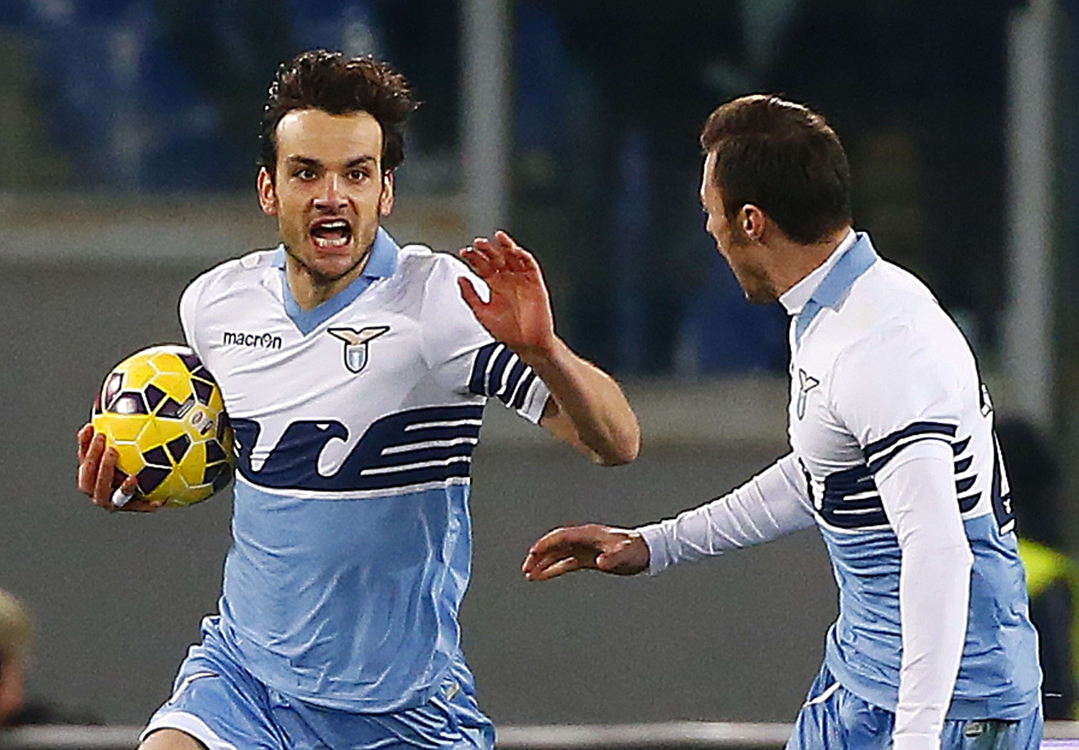 Lazio's Marco Parolo (L) celebrates after scoring against AC Milan during their Italian Serie A soccer match at the Olympic stadium in Rome January 24, 2015. REUTERS/Tony Gentile (ITALY - Tags: SPORT SOCCER) Foto: TONY GENTILE/REUTERS
