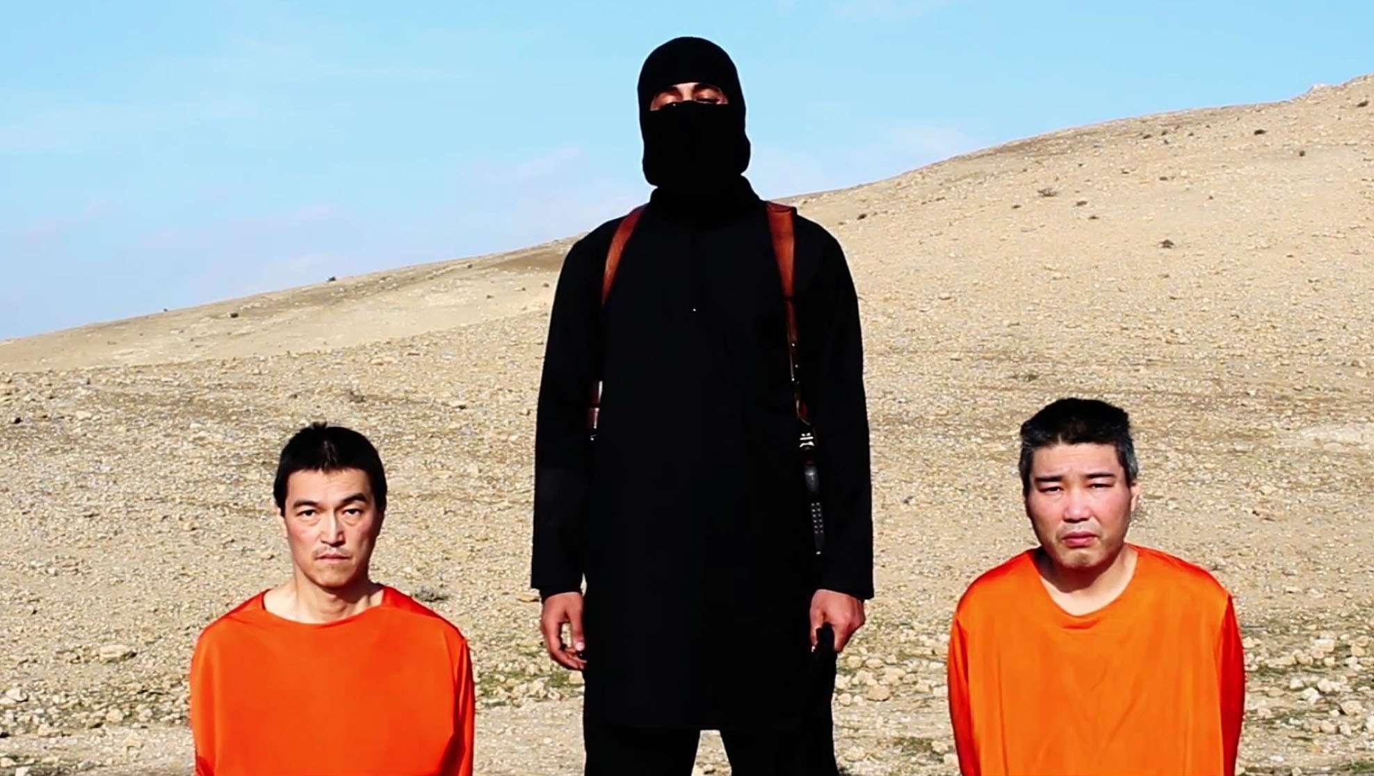 De acuerod con especialistas, el video de los rehenes presenta diversas anomalías, como una puesta en escena diferente de lo habitual y la ausencia de logo del grupo Estado Islámico. Foto: AP en español