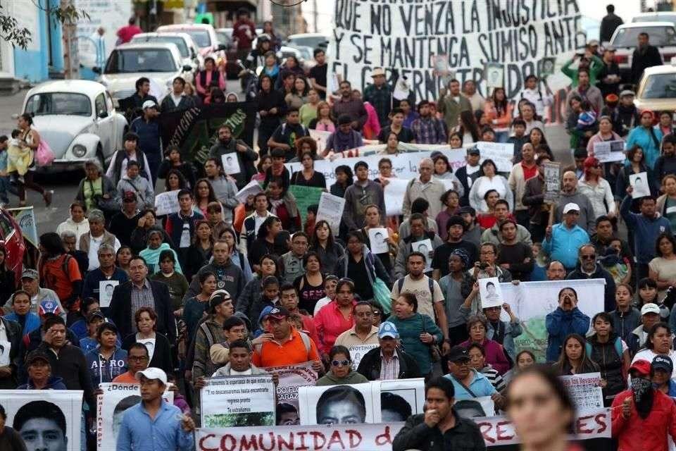 Un grupo de familiares de los 43 normalistas desaparecidos en Iguala y vecinos de la Colonia Pedregal de Santo Domingo, Coyoacán, marchan de la Iglesia del Cristo a la Iglesia de la Resurrección. Foto: Óscar Mireles