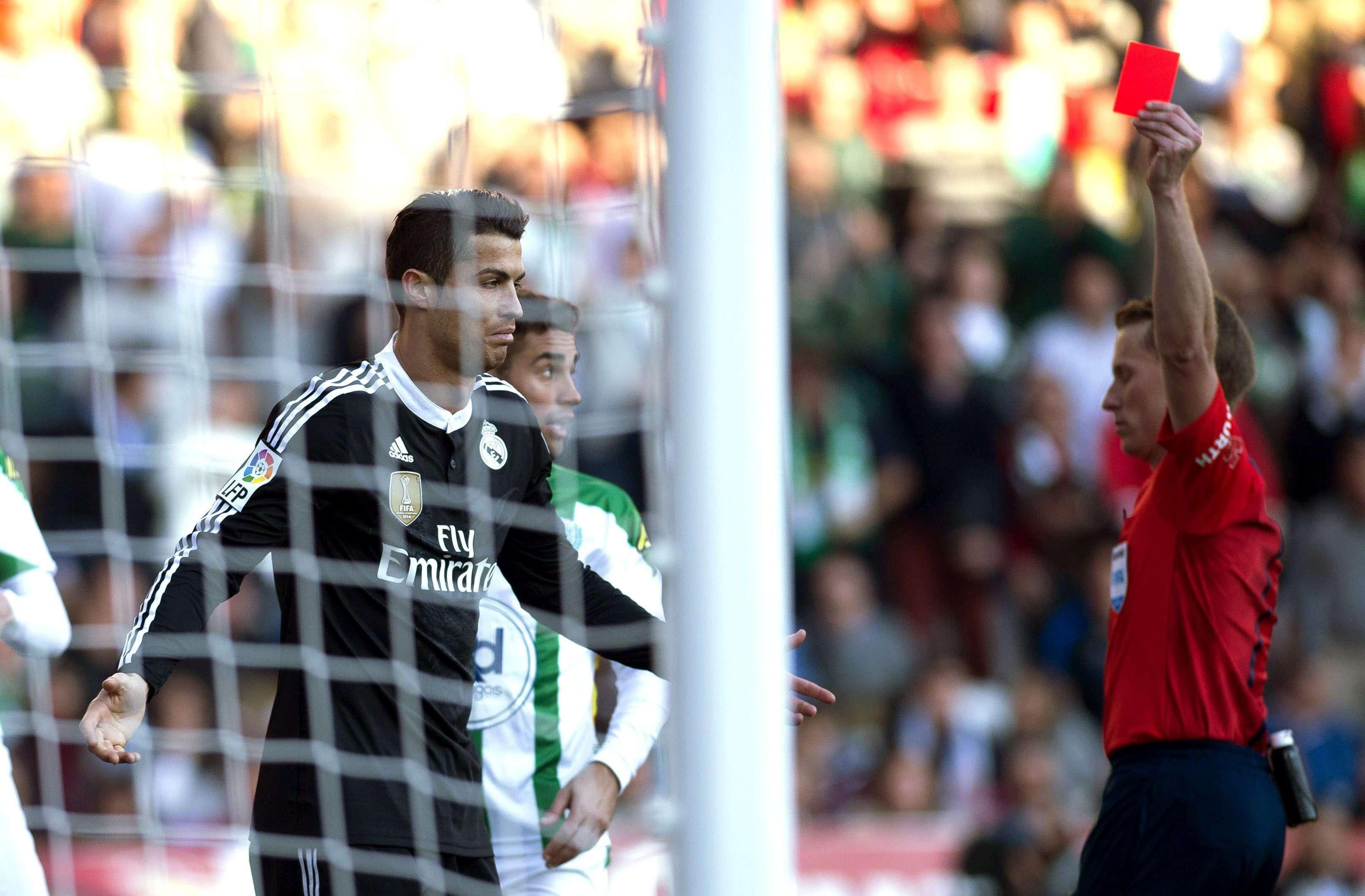 El árbitro Ángel José Hernández Hernández (d) muestra la tarjeta roja al delantero portugués del Real Madrid Cristiano Ronaldo (i), en el partido ante el Córdoba de la vigésima jornada de liga en Primera División que se disputa en el estadio Nuevo Arcángel. Foto: EFE en español