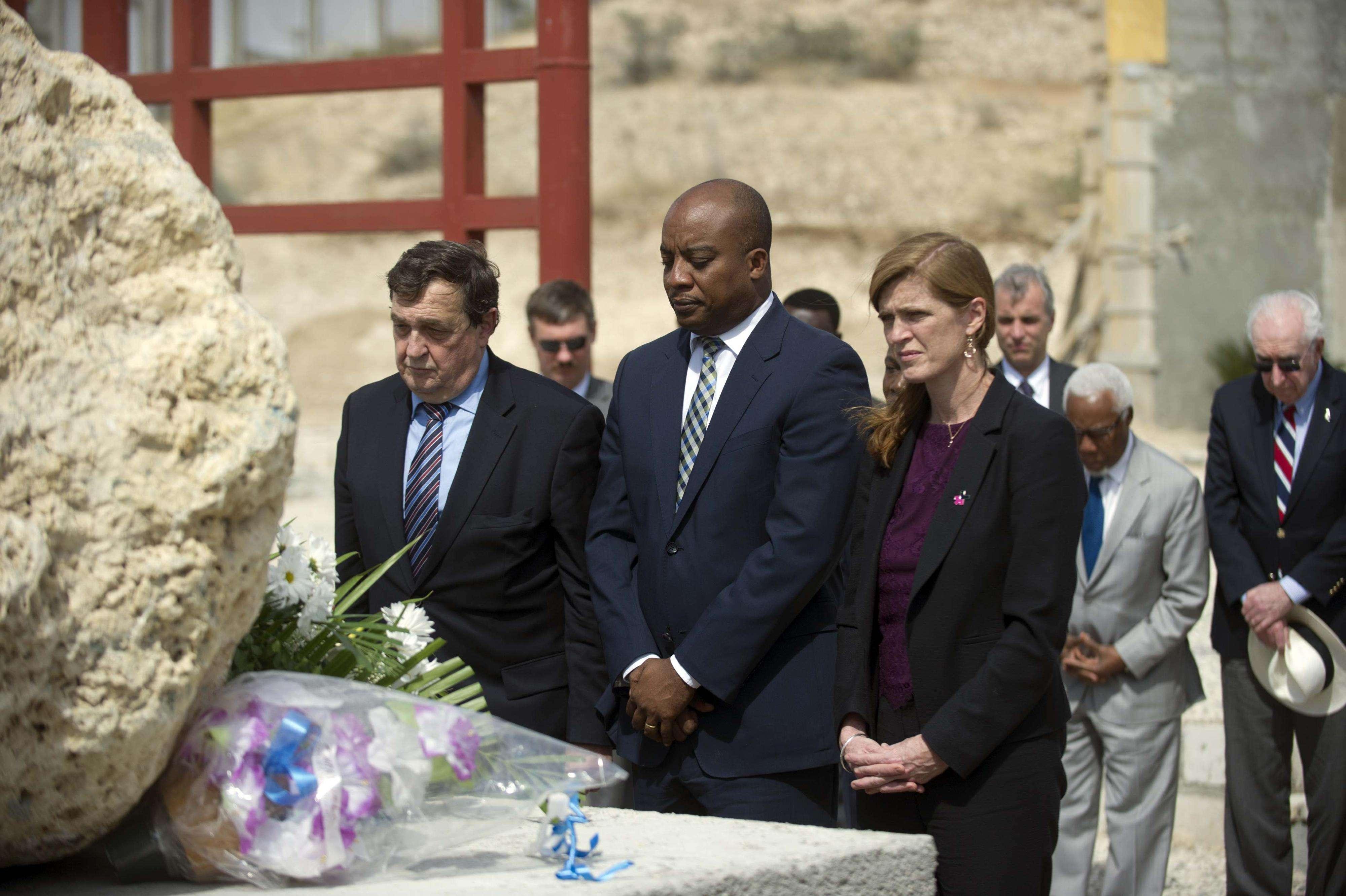 El presidente del Consejo de Seguridad de las Naciones Unidas Cristian Barros (izquierda), el ministro de Justicia haitiano Pierre Richard Casimir (centro) y la embajadora estadounidense ante Naciones Unidas (derecha) colocan un arreglo floral en Titanyin, Haití, en honor de las víctimas del terremoto que afectó a Haití el 12 de enero de 2010. Foto: HECTOR RETAMAL/AFP