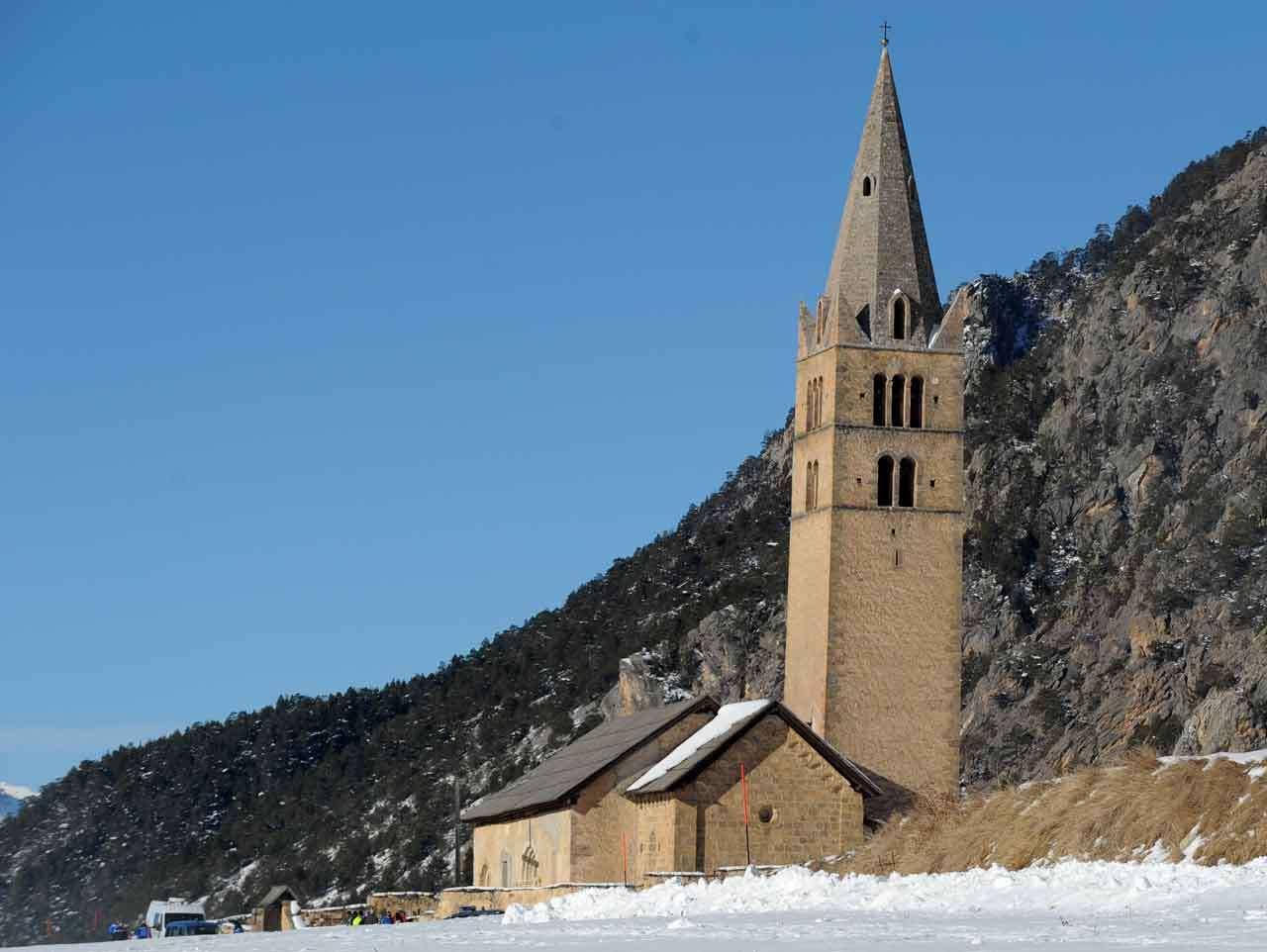 La iglesia de Ceillac en Francia, de donde el cuerpo de uno de los esquiadores fue evacuado, seis esquiadores murieron en Francia al ser arrastrados por una avalancha, 25 de enero de 2015. Foto: AFP en español