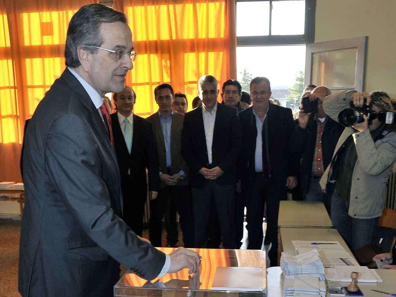 Antonis Samaras, primer ministro de Grecia y líder del partido conservador Nueva Democracia, emite su voto en Pylos, Grecia, 25 de enero de 2015. Foto: AFP en español