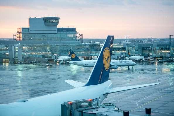 La suspensión en el servicio en las terminales aéreas provocó que los pasajeros se trasladaran por tren o vía terrestre. Foto: Getty Images