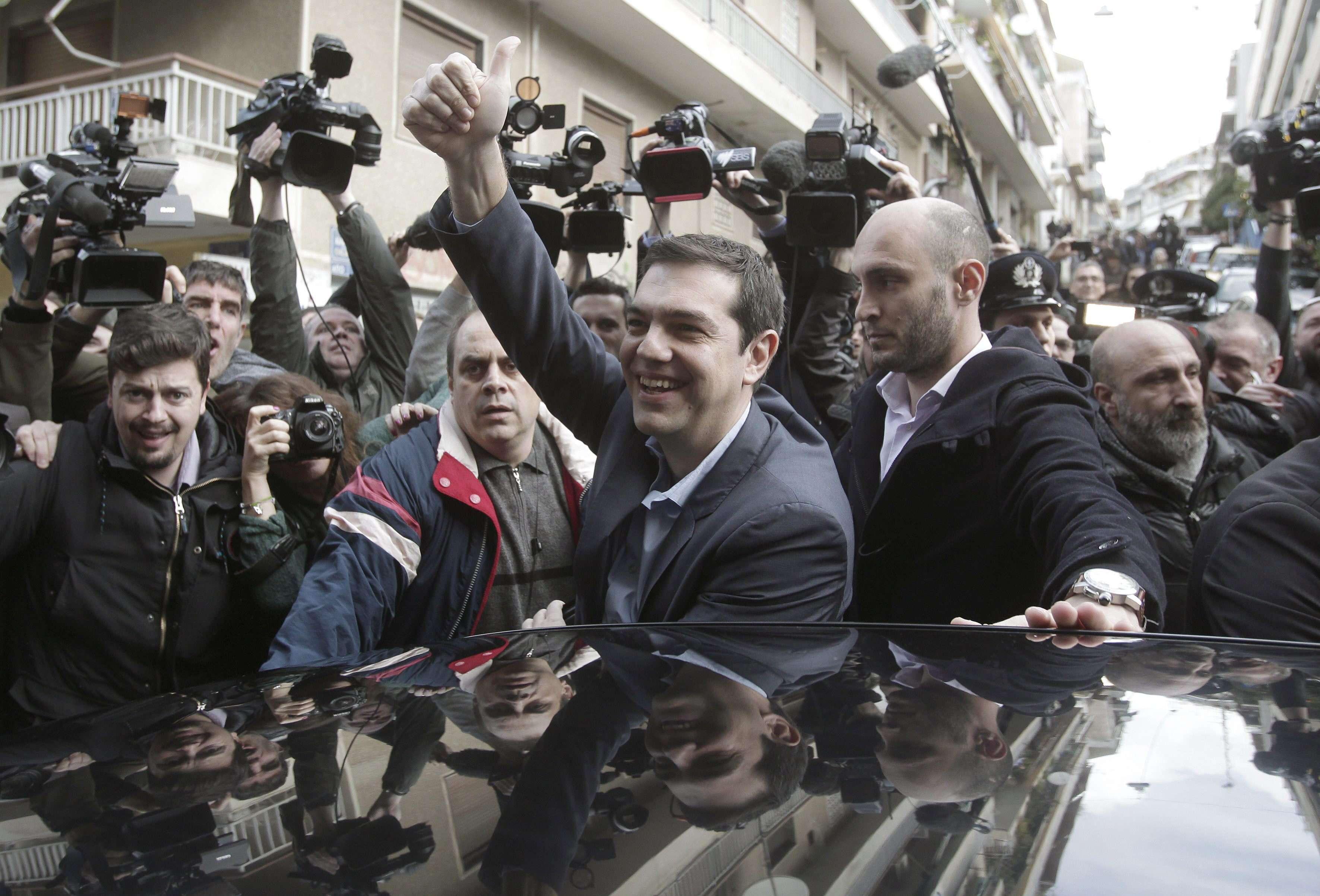 Alexis Tsipras (c), líder del partido izquierdista Syriza, tras salir de un centro de votación en Atenas, Grecia. Foto: EFE en español