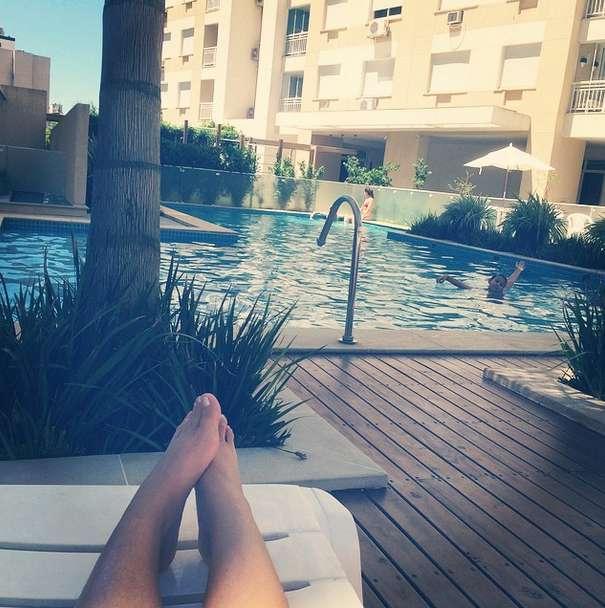 Apresentadora postou foto descansando na piscina Foto: @andressaurachoficial / Instagram/Reprodução
