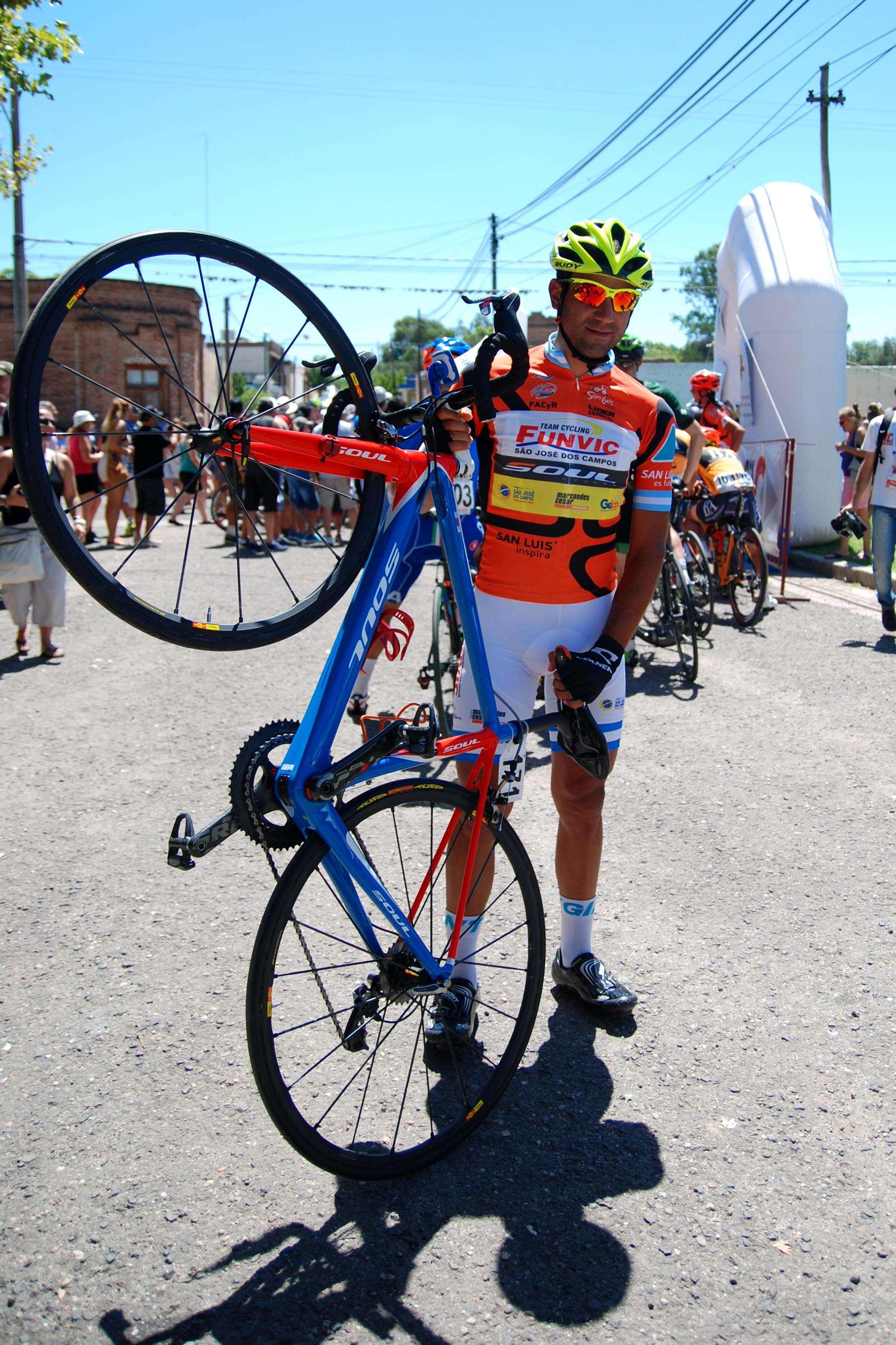 Dani y su bici. Dos armas letales en la montaña. Ganó dos etapas y fue tercero este sábado. Foto: Agencia SAN LUIS/