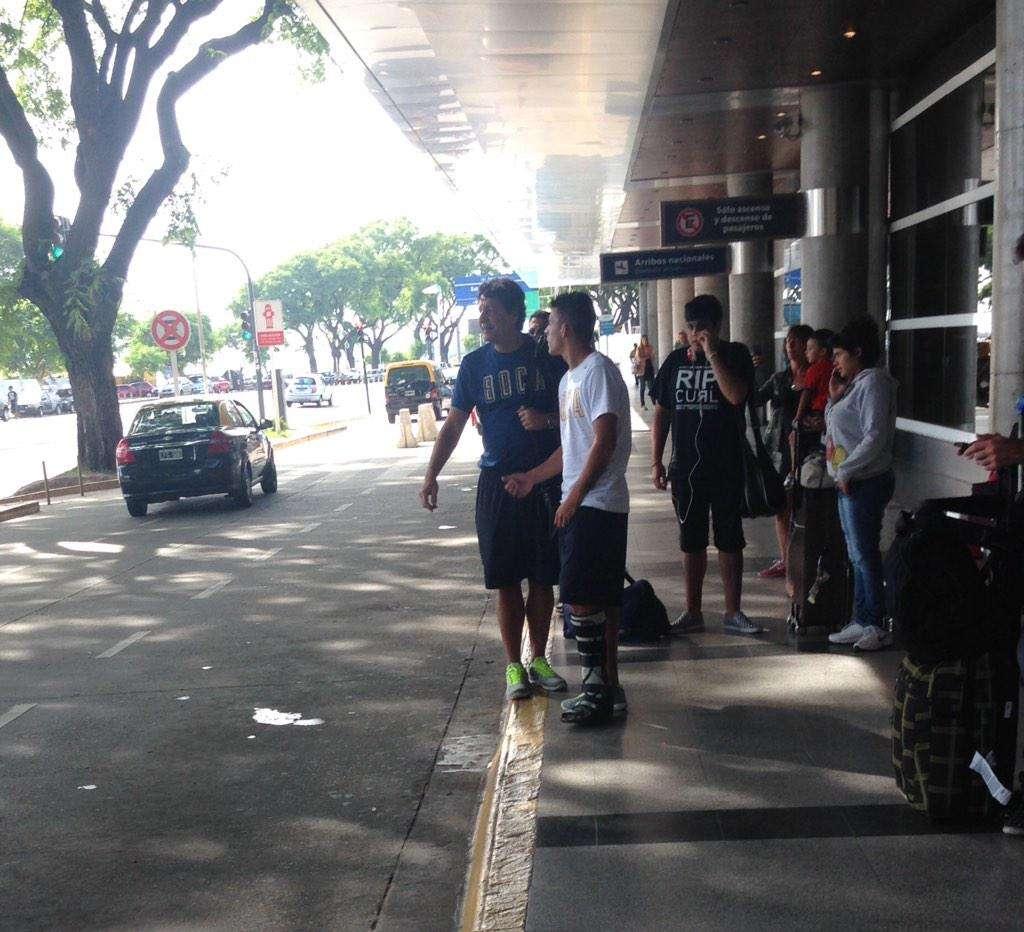Pavón es acompañado por el médico del plantel para realizarse estudios por la lesión que le provocó la patada de Vangioni. Foto: Twitter @DanielRetamozo