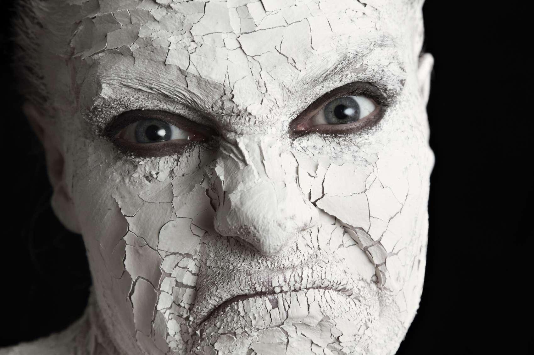 La falta de humectación con cremas es la principal causa de resequedad. Foto: iStock