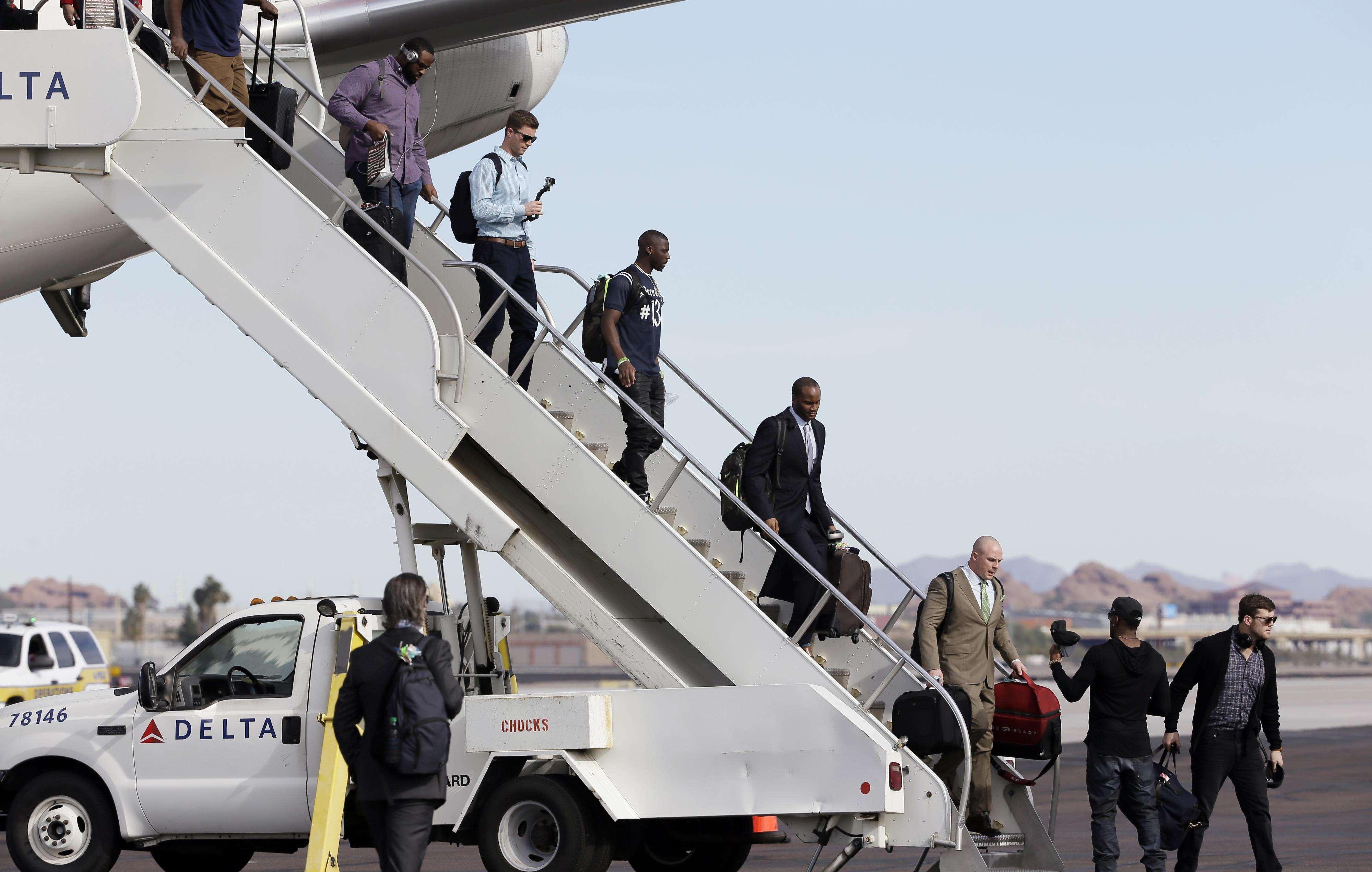 Los actuales campeones de la NFL, los Seattle Seahakws, arribaron este domingo a Arizona, sede del Super Bowl XLIX. El vuelo chárter del equipo de la Conferencia Nacional aterrizó cerca de la 13;30 hrs (centro de México). Mañana lunes lo harán los New England Patriots Foto: AP