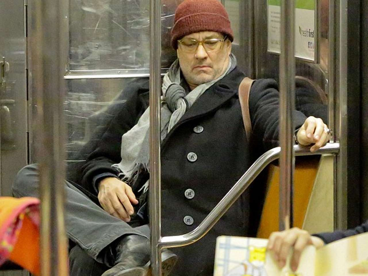 Tom Hanks hizo una parada para comprar un café caliente. Foto: Daily Mail