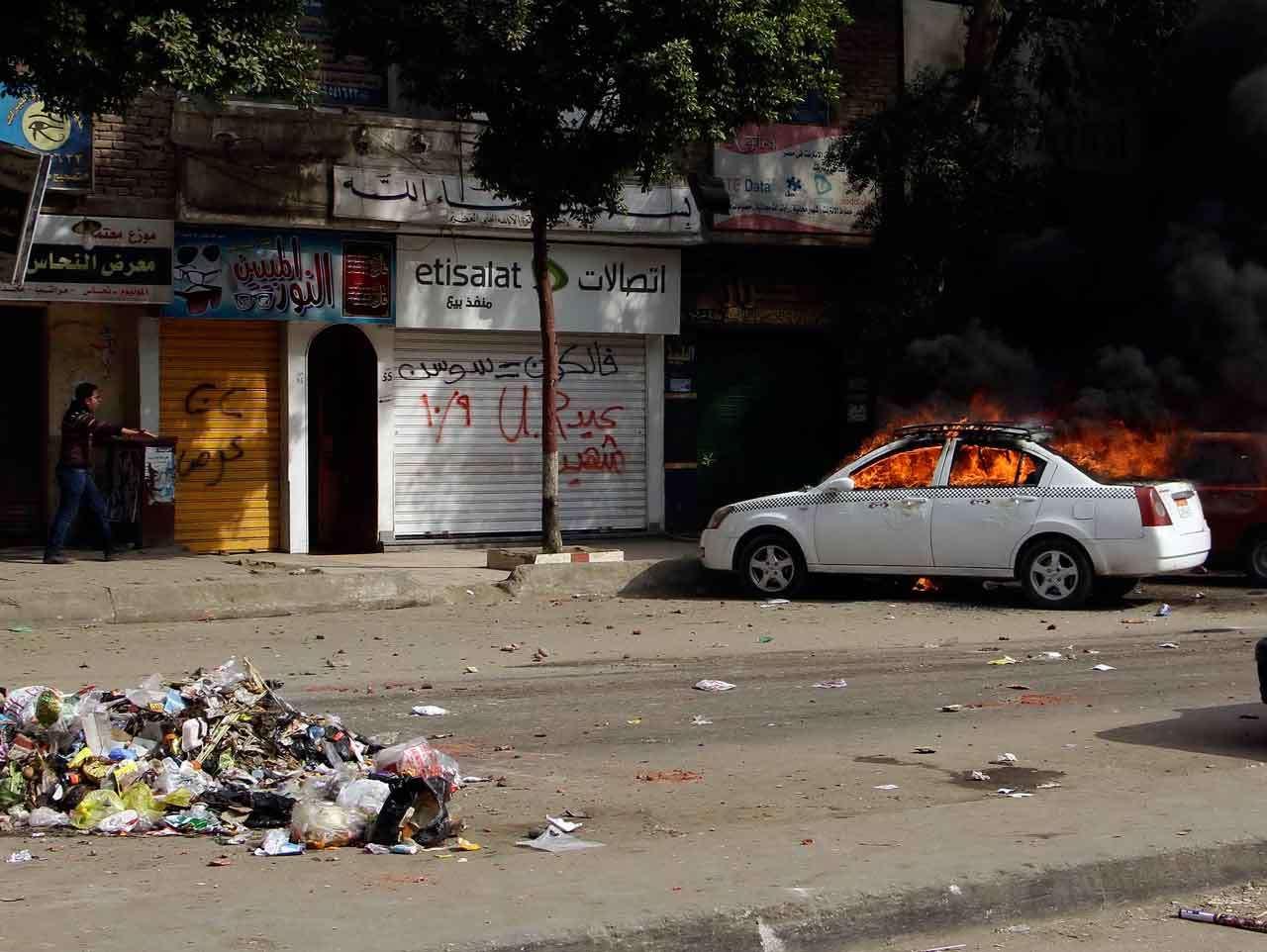 """Un taxi arde durante la jornada de protestas en el cuarto aniversario de la """"primavera egipcia"""", El Cairo, 25 de enero de 2015. Foto: AP en español"""