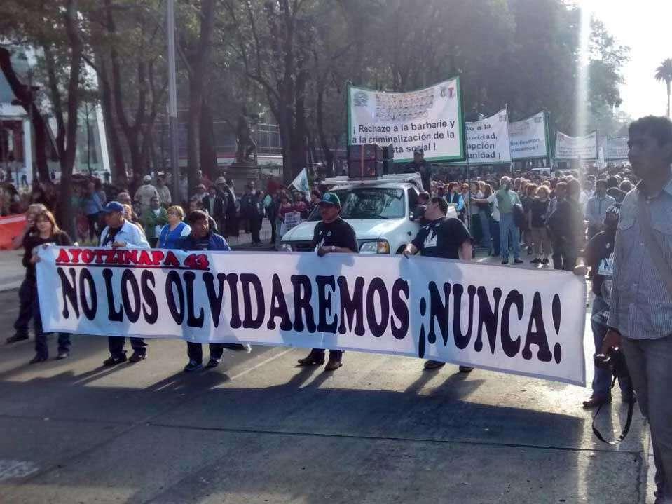 Unas 500 personas encabezadas por los padres de lo normalistas desaparecidos avanza lentamente hacia el Zócalo, tras un mitin en el Ángel de la Independencia. Foto: David Martínez/Terra