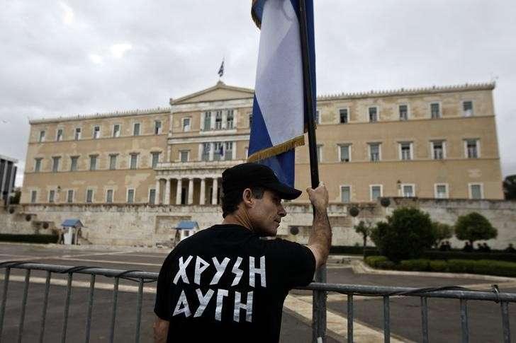 Un simpatizante de Amanecer Dorado sostiene una bandera de Grecia en Atenas. Foto: Reuters
